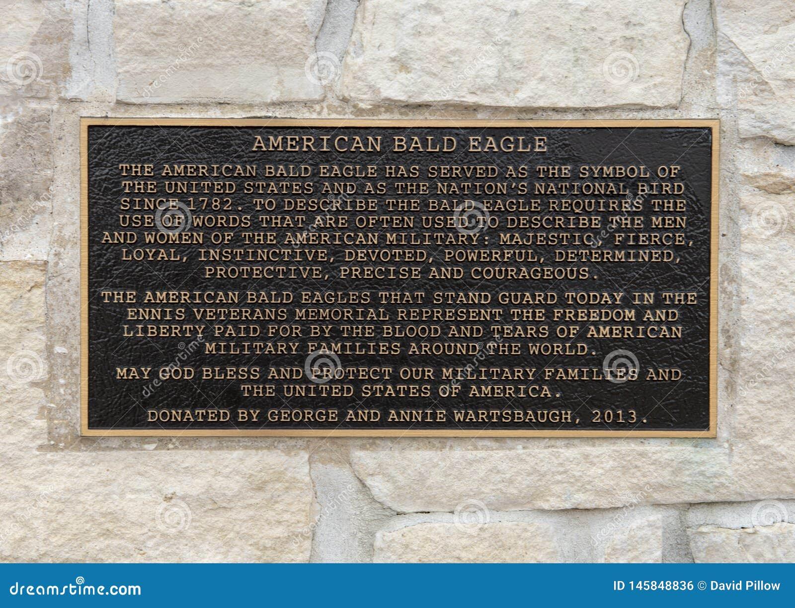 Πινακίδα πληροφοριών για ένα ζευγάρι των φαλακρών γλυπτών αετών που πλαισιώνουν την είσοδο στο αναμνηστικό πάρκο του παλαιμάχου,