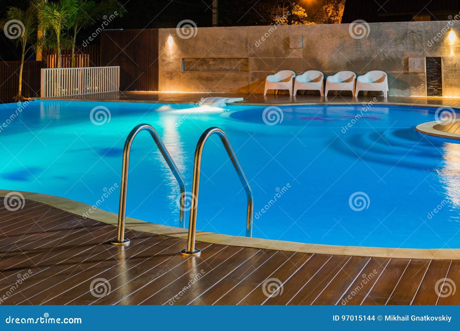 Πισίνα σε ένα καραϊβικό, τροπικό θέρετρο πολυτέλειας τη νύχτα, χρόνος αυγής