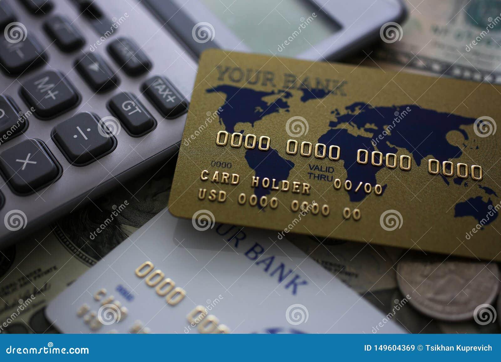 Πιστωτική κάρτα και υπολογιστής που βρίσκονται στο μεγάλο χρηματικό ποσό αμερικανικά