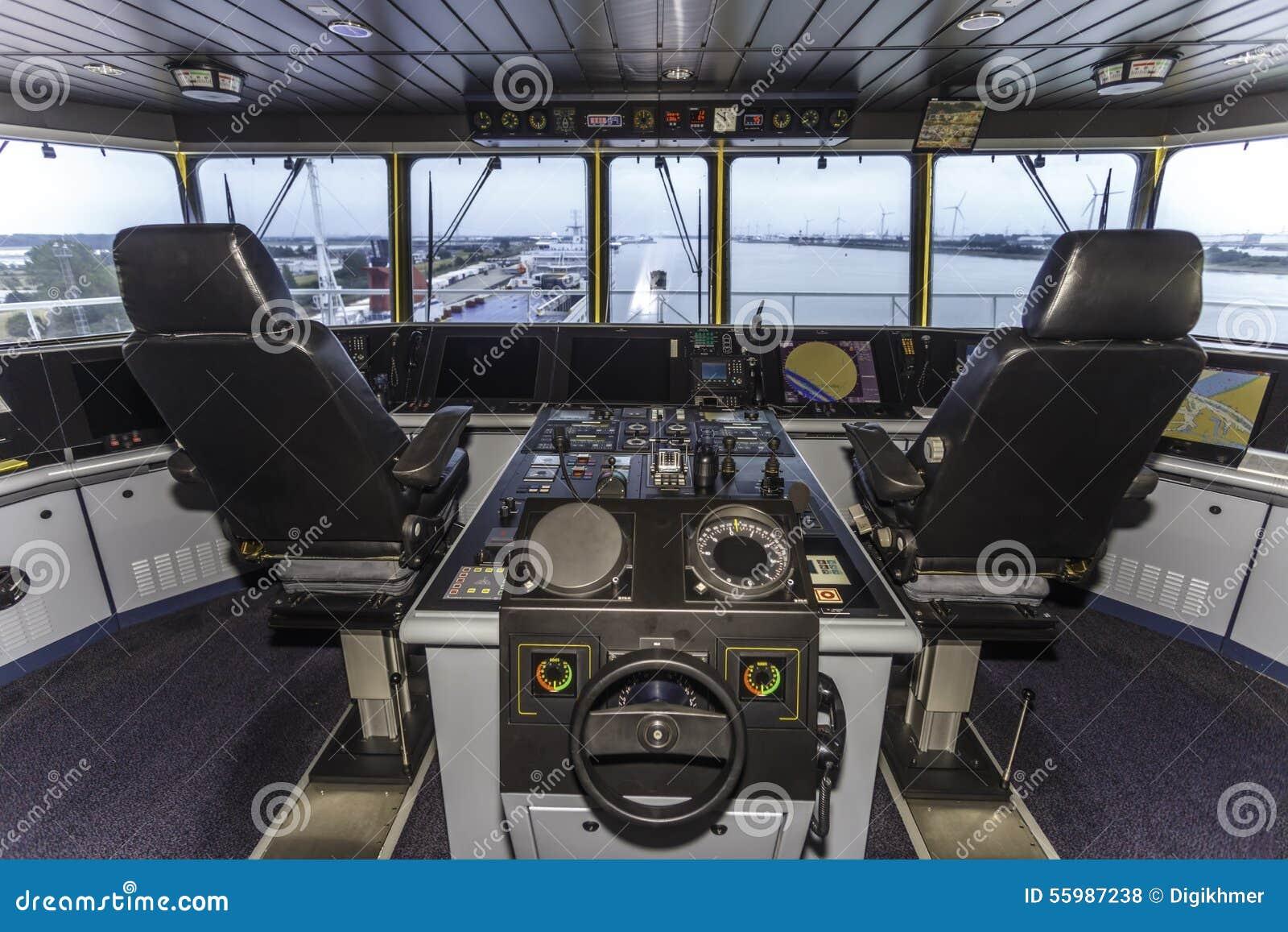 Πιλοτήριο ενός τεράστιου σκάφους εμπορευματοκιβωτίων