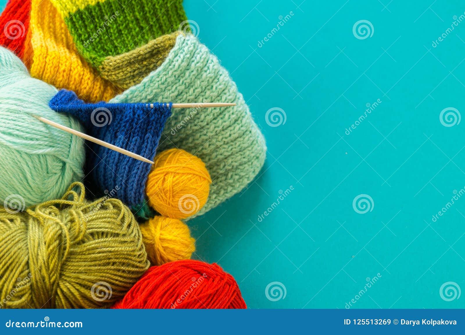 Πλέξιμο ενός μπλε υποβάθρου μαντίλι και καπέλων ουράνιων τόξων