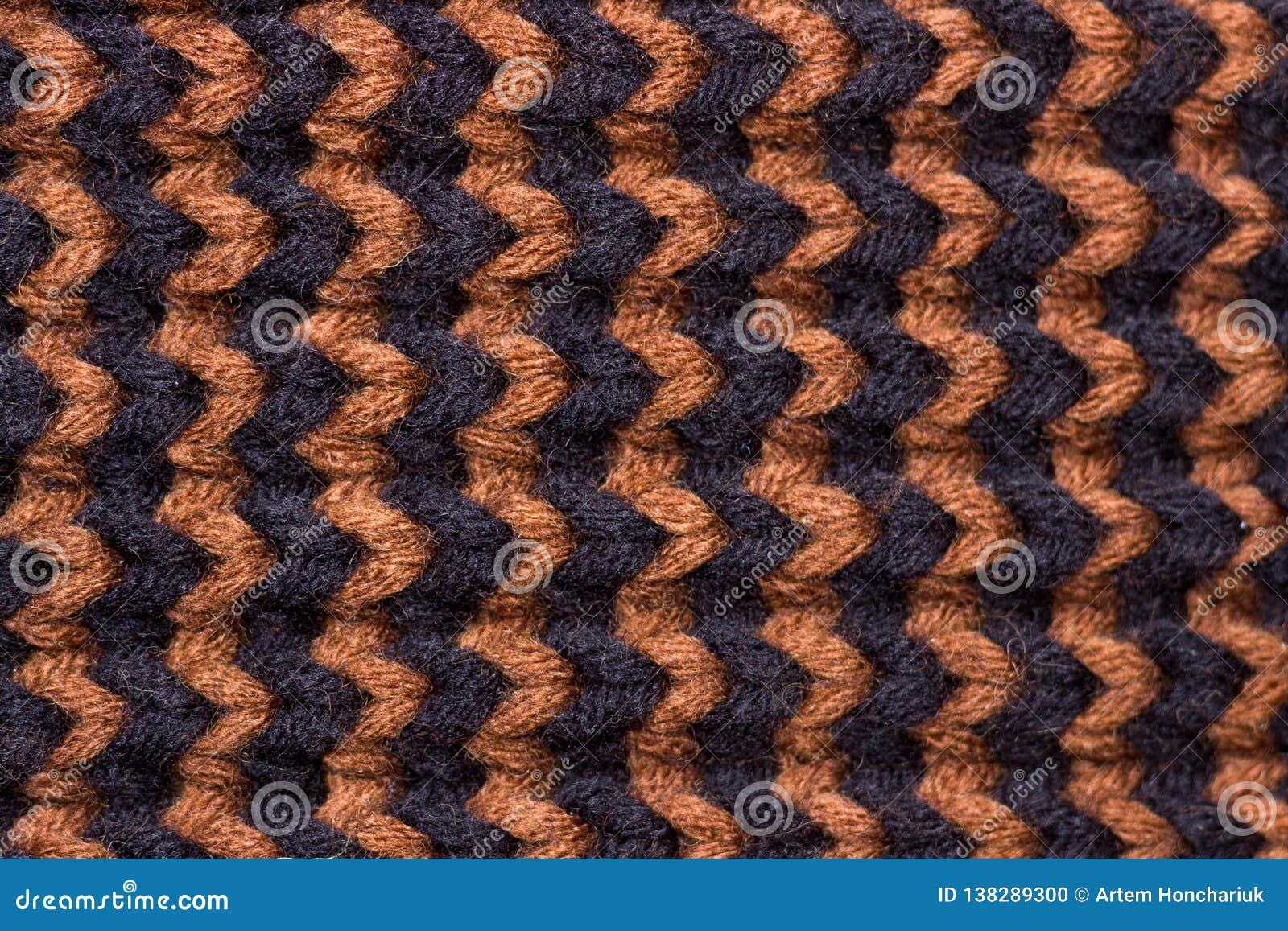 Πλέξιμο Πλεκτή υπόβαθρο σύσταση Φωτεινές πλέκοντας βελόνες Μαύρο και καφετί μάλλινο νήμα για το πλέξιμο
