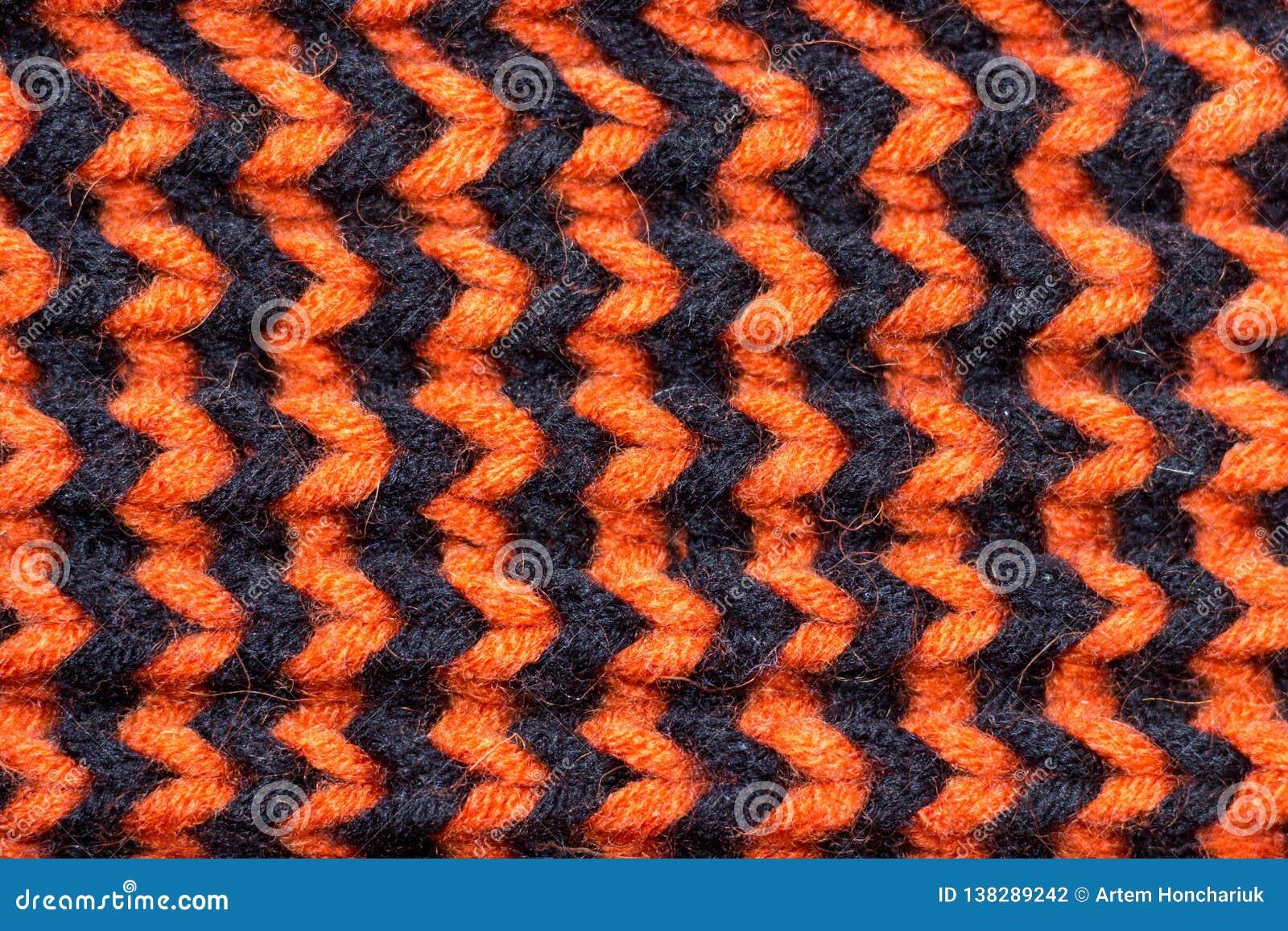 Πλέξιμο Πλεκτή υπόβαθρο σύσταση Φωτεινές πλέκοντας βελόνες Πορτοκαλί και μαύρο νήμα μαλλιού για το πλέξιμο