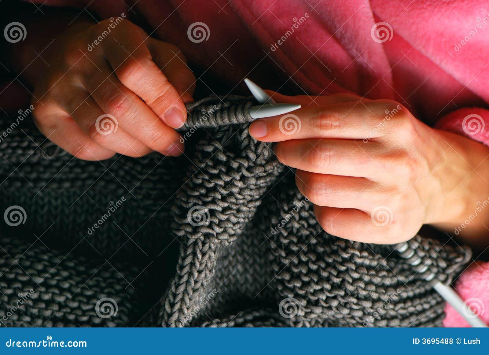 0c1fc7b78c4b γκρίζα χέρια που πλέκουν τις νεολαίες γυναικών πουλόβερ