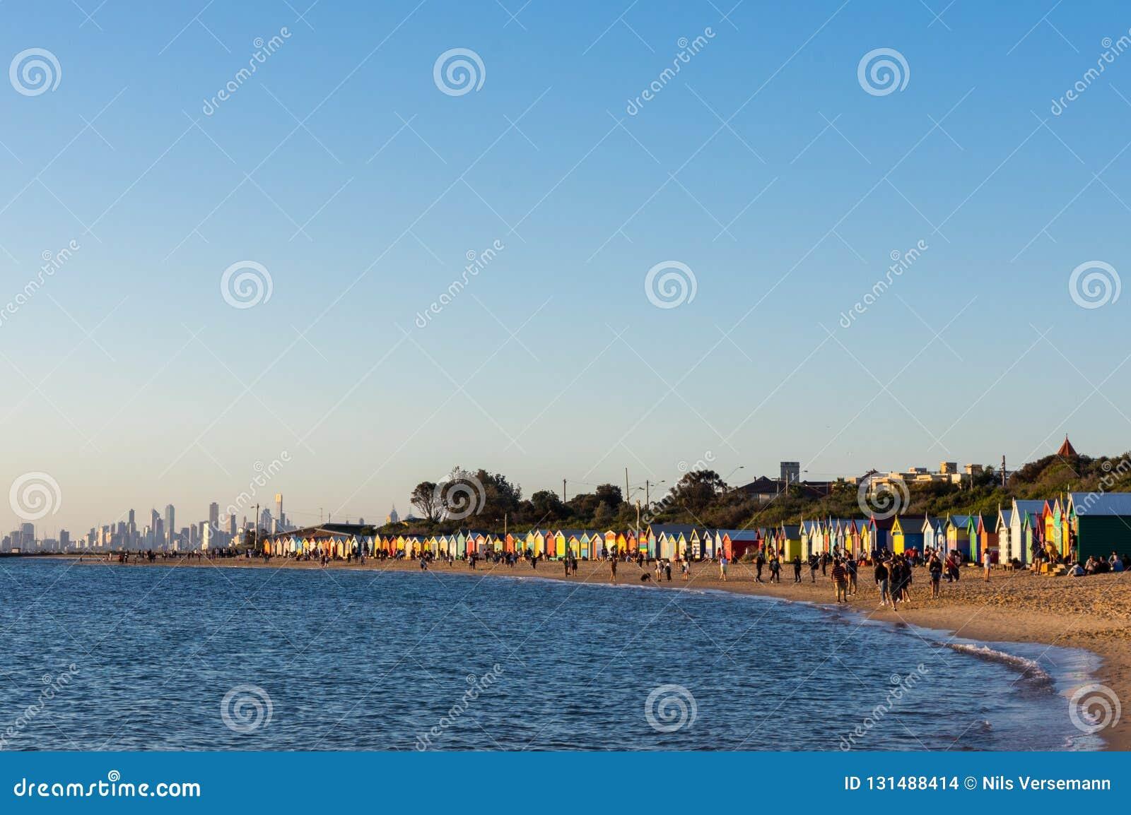 Πλήθη στην πολυάσχολη παραλία του Μπράιτον, περιοχή πολλών ζωηρόχρωμων κιβωτίων λουσίματος