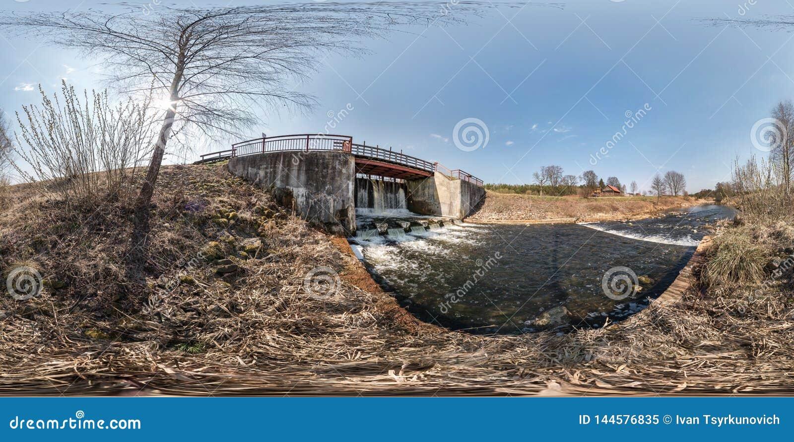 Πλήρες άνευ ραφής σφαιρικό πανόραμα 360 hdri φράχτης κλειδαριών φραγμάτων άποψης γωνίας στο βίαιο καταρράκτη ποταμών Υπόβαθρο