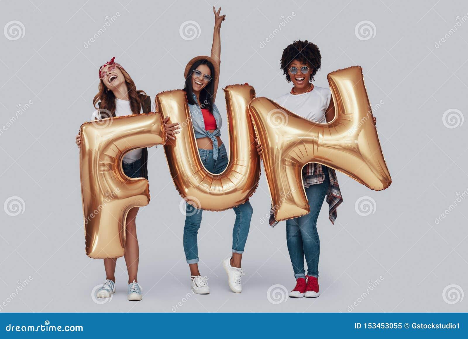 Πλήρες μήκος τριών ελκυστικών νέων γυναικών