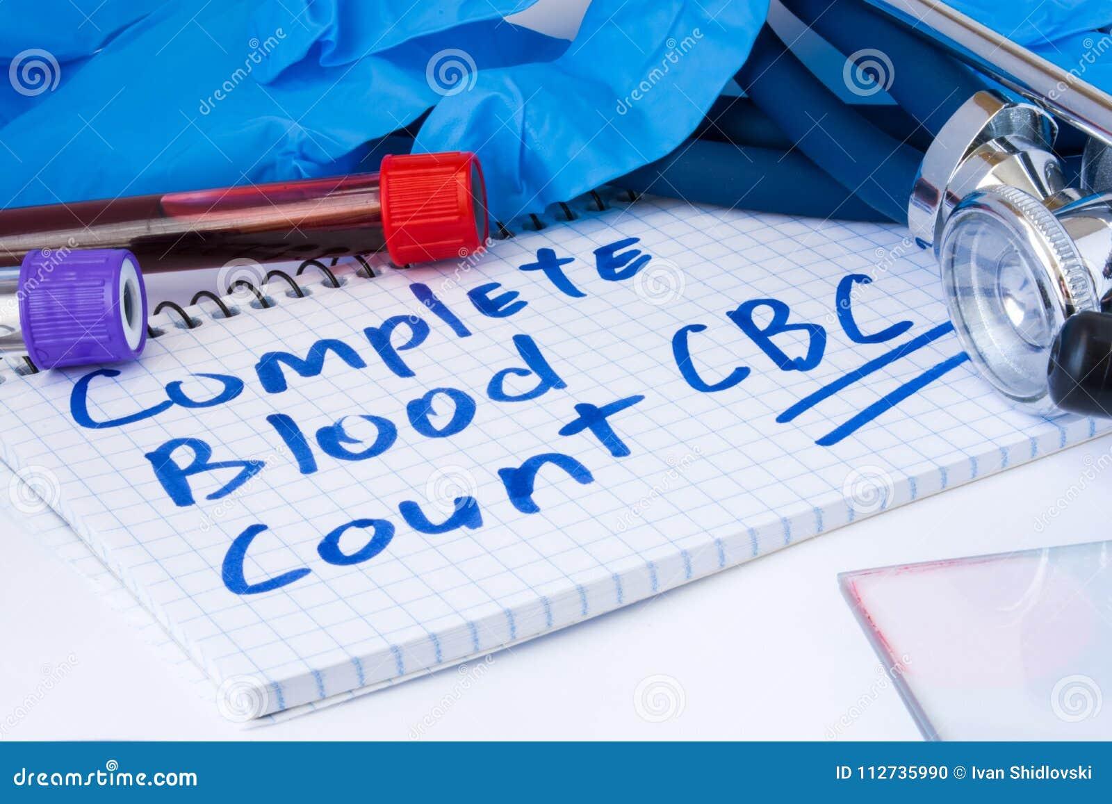 Πλήρης διαδικασία δοκιμής αρίθμησης αίματος CBC Οι σωλήνες εργαστηριακών τεστ με το αίμα, το στηθοσκόπιο και τα γάντια είναι κοντ