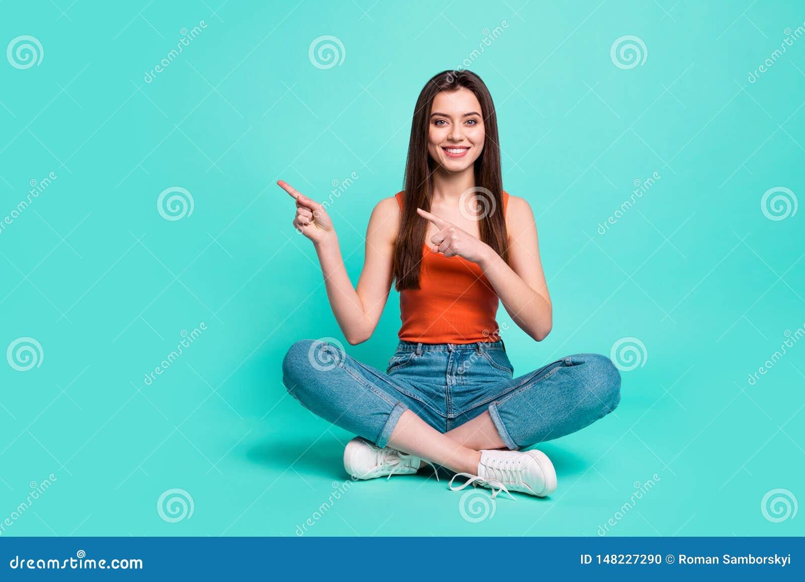 Πλήρης φωτογραφία μεγέθους σωμάτων μήκους όμορφη αυτή κυρία κάθεται διασχισμένα τα πάτωμα άμεσα δάχτυλα ποδιών που το κενό διάστη