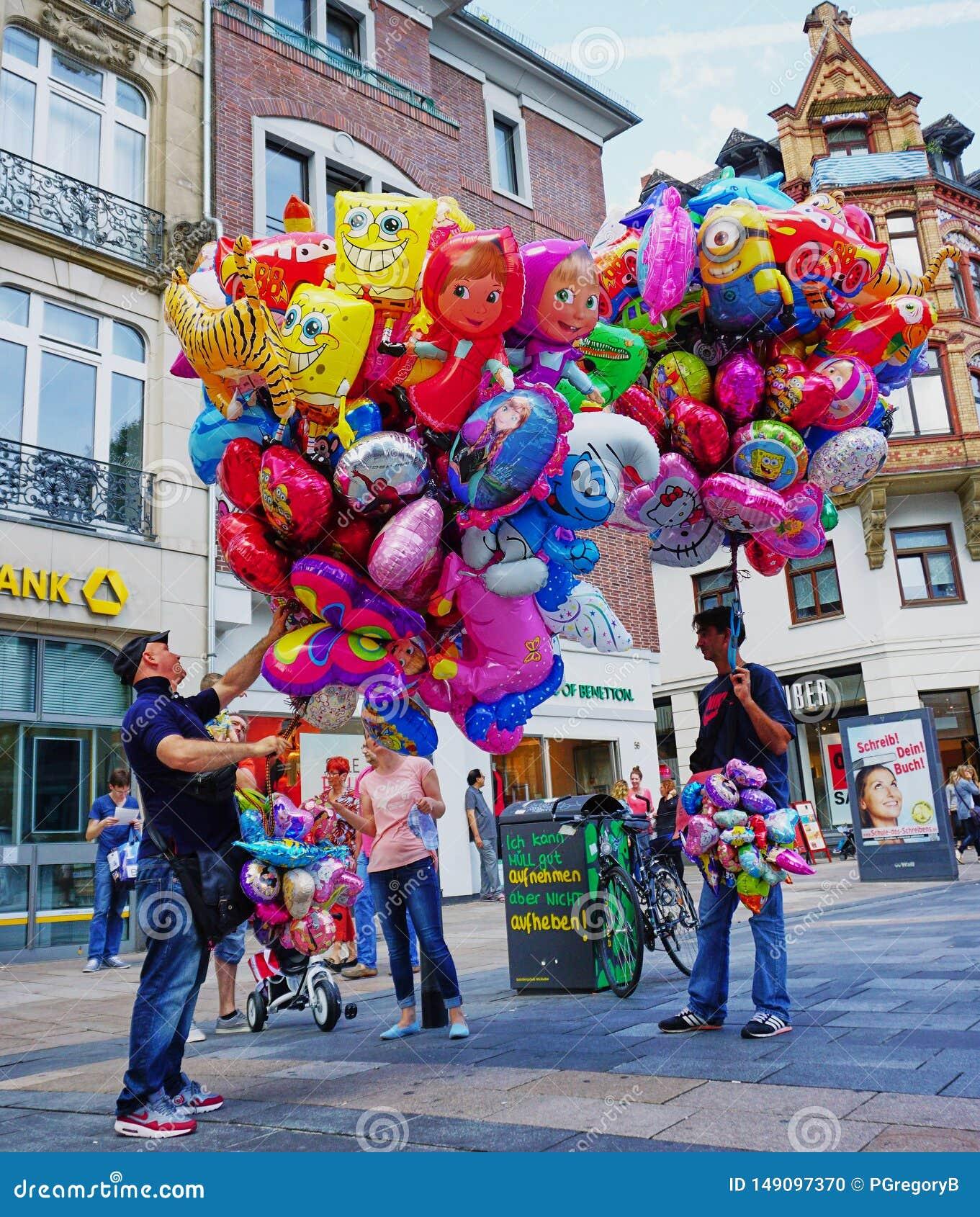 Πλανόδιος πωλητής που πωλεί τα ζωηρόχρωμα μπαλόνια ηλίου - Γερμανία