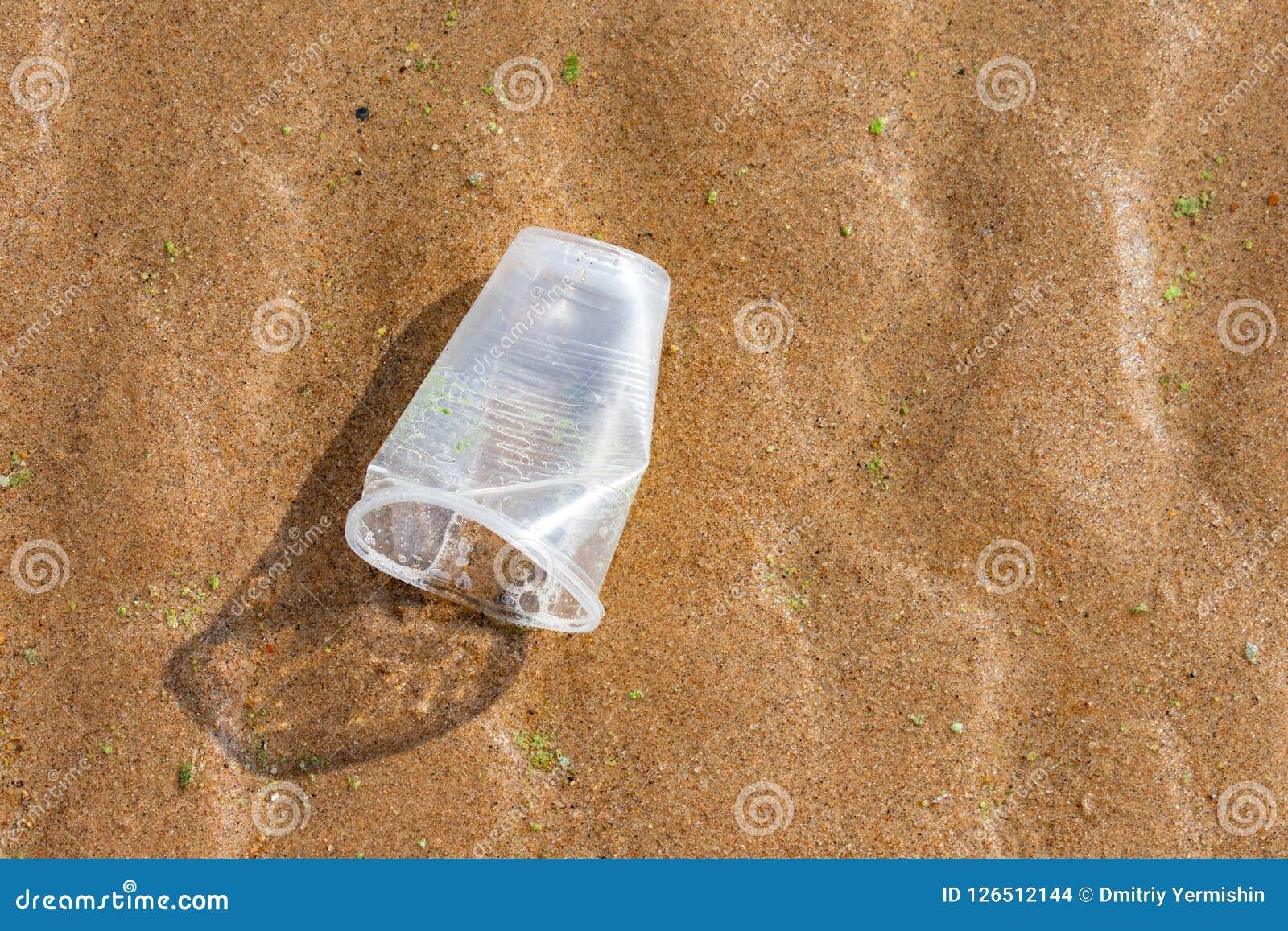Πλαστικά απορρίματα στην παραλία