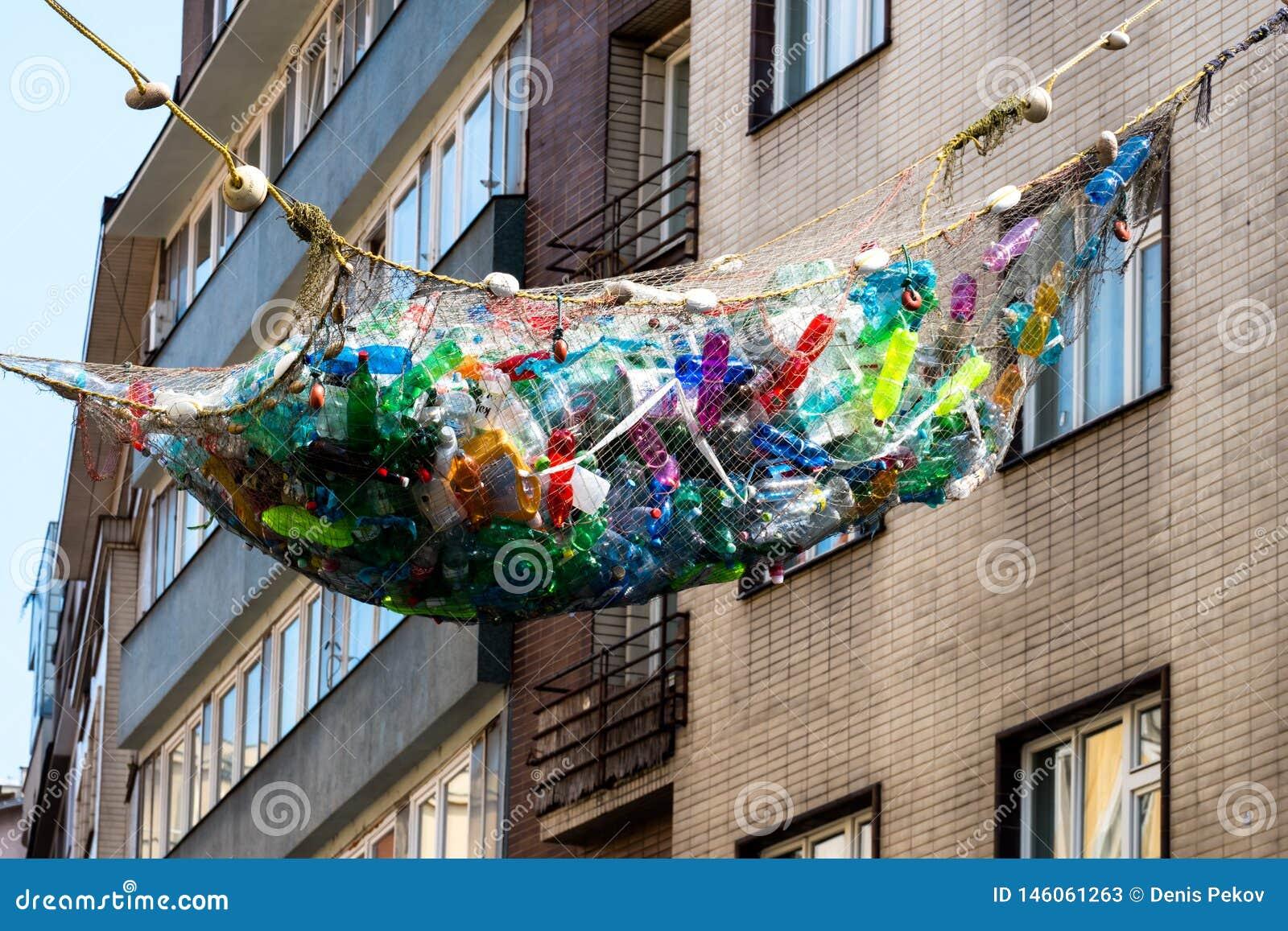 Πλαστικό μπουκάλι στο ανακύκλωσης δοχείο, διαχείρηση αποβλήτων