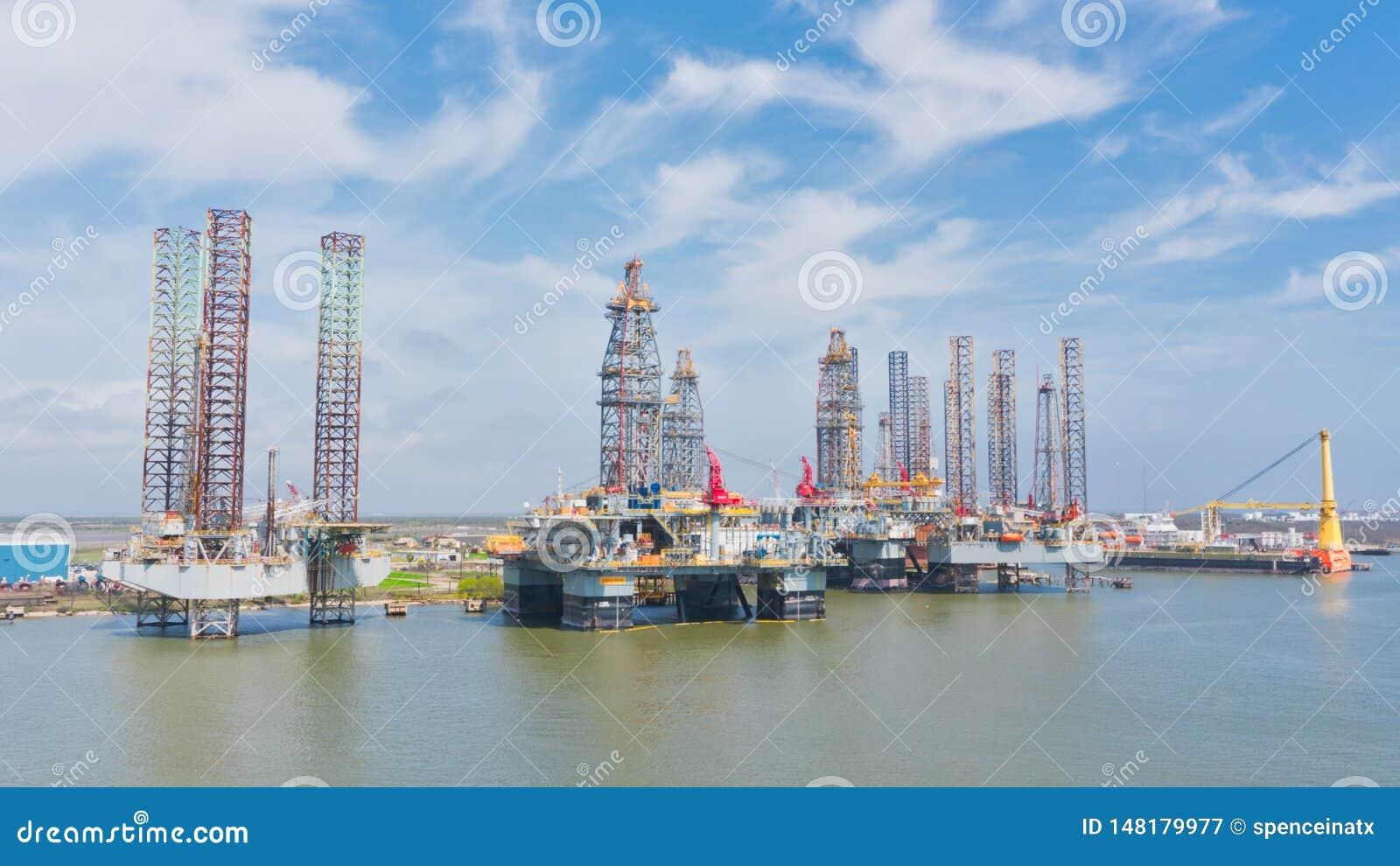 Πλατφόρμες άντλησης πετρελαίου στο λιμένα