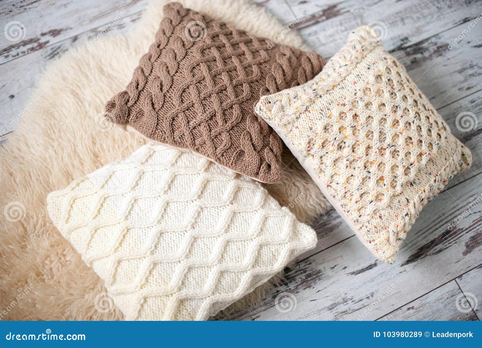 8acfa830f680 Πλεκτά μαξιλάρια των φυσικών σκιών Στοκ Εικόνα - εικόνα από cosiness ...