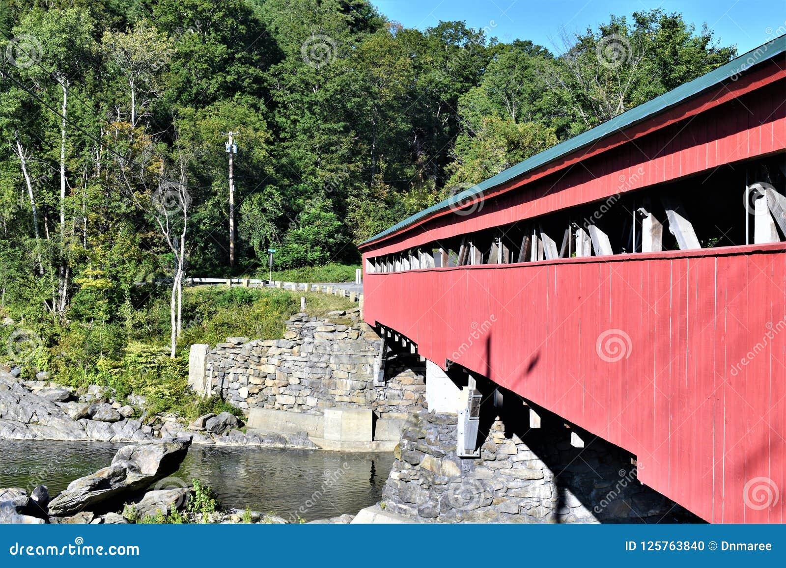 Πλευρά καλυμμένης της Taftsville γέφυρας στο χωριό Taftsville πόλη Woodstock, κομητεία Windsor, Βερμόντ, Ηνωμένες Πολιτείες