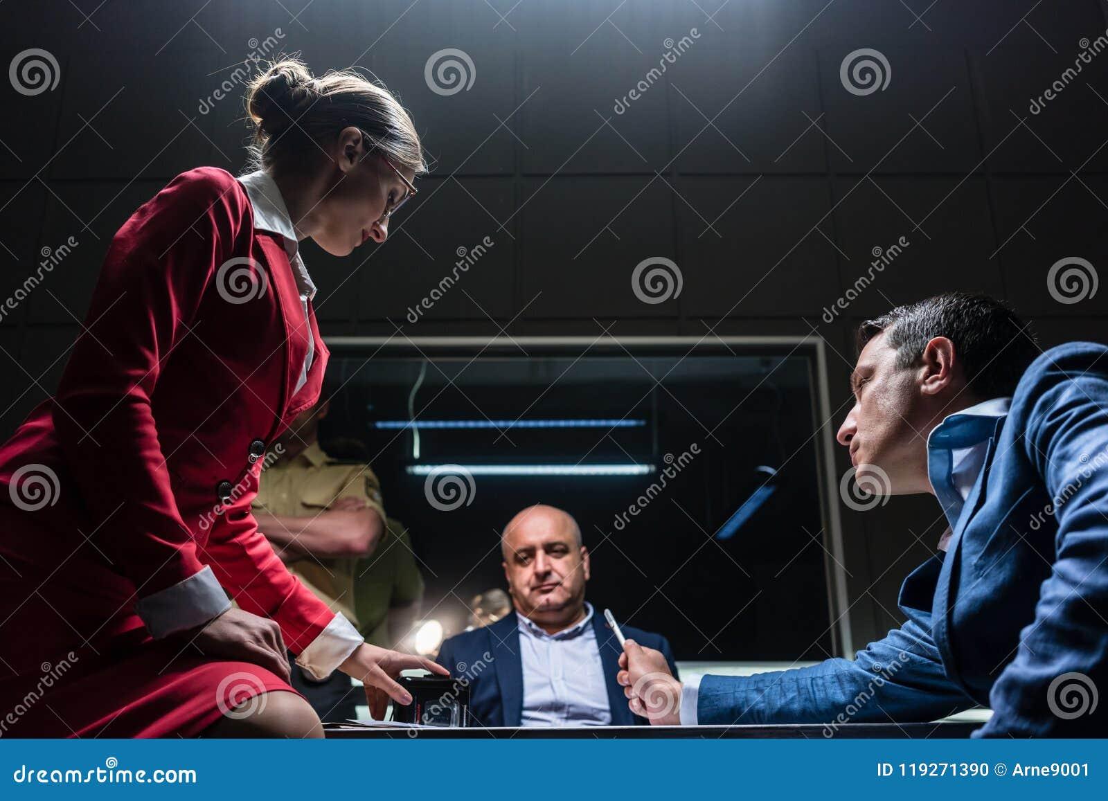 Πληρεξούσιος στη διαφωνία με τον κατήγορο κατά τη διάρκεια να ακούσει για ένας ύποπτος