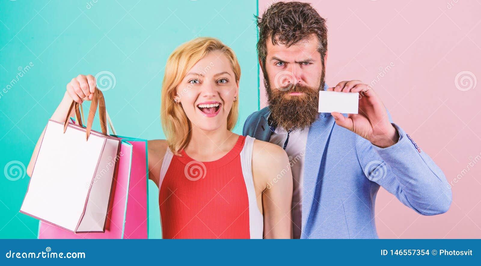 Πληρωμή χρονολογώντας Ζεύγος με τις τσάντες πολυτέλειας στη λεωφόρο αγορών Το ζεύγος απολαμβάνει Γενειοφόρος πίστωση λαβής hipste