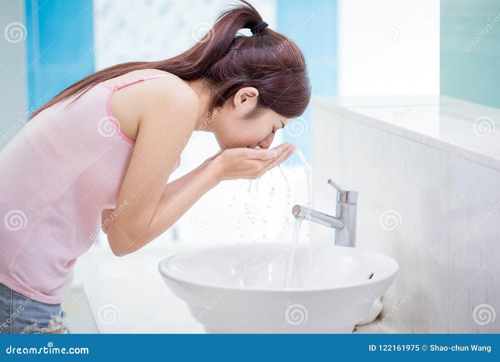 Πλύσιμο γυναικών το πρόσωπό της