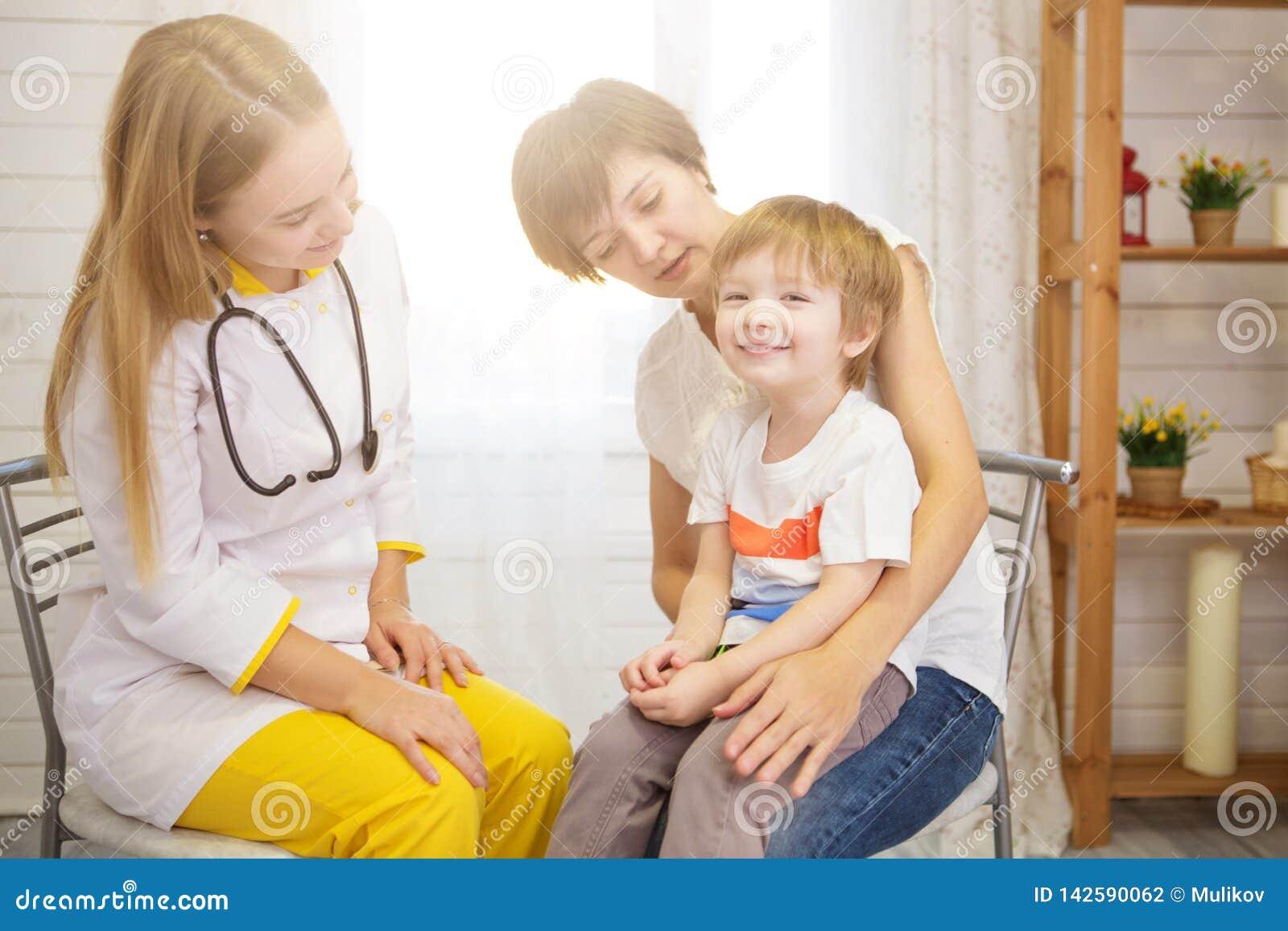 Πνεύμονες του νέου ασθενή Pediatrist examinate με το στηθοσκόπιο