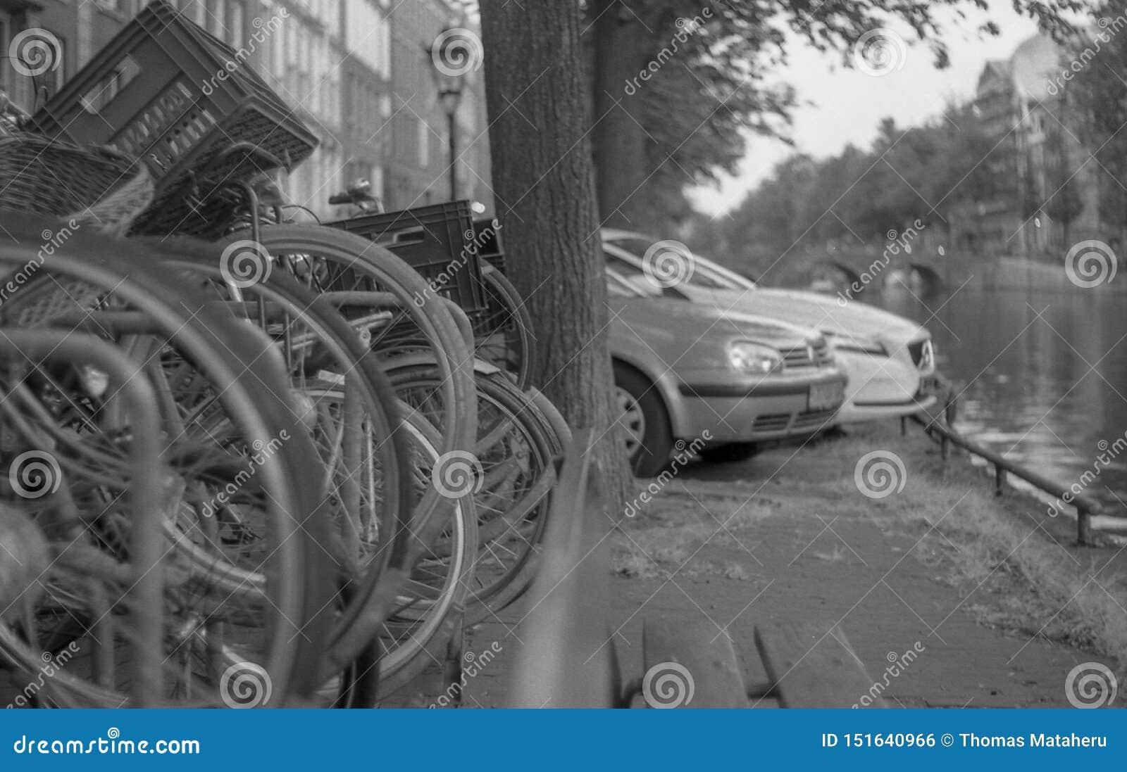 Ποδήλατα και αυτοκίνητα στο Canels του Άμστερνταμ