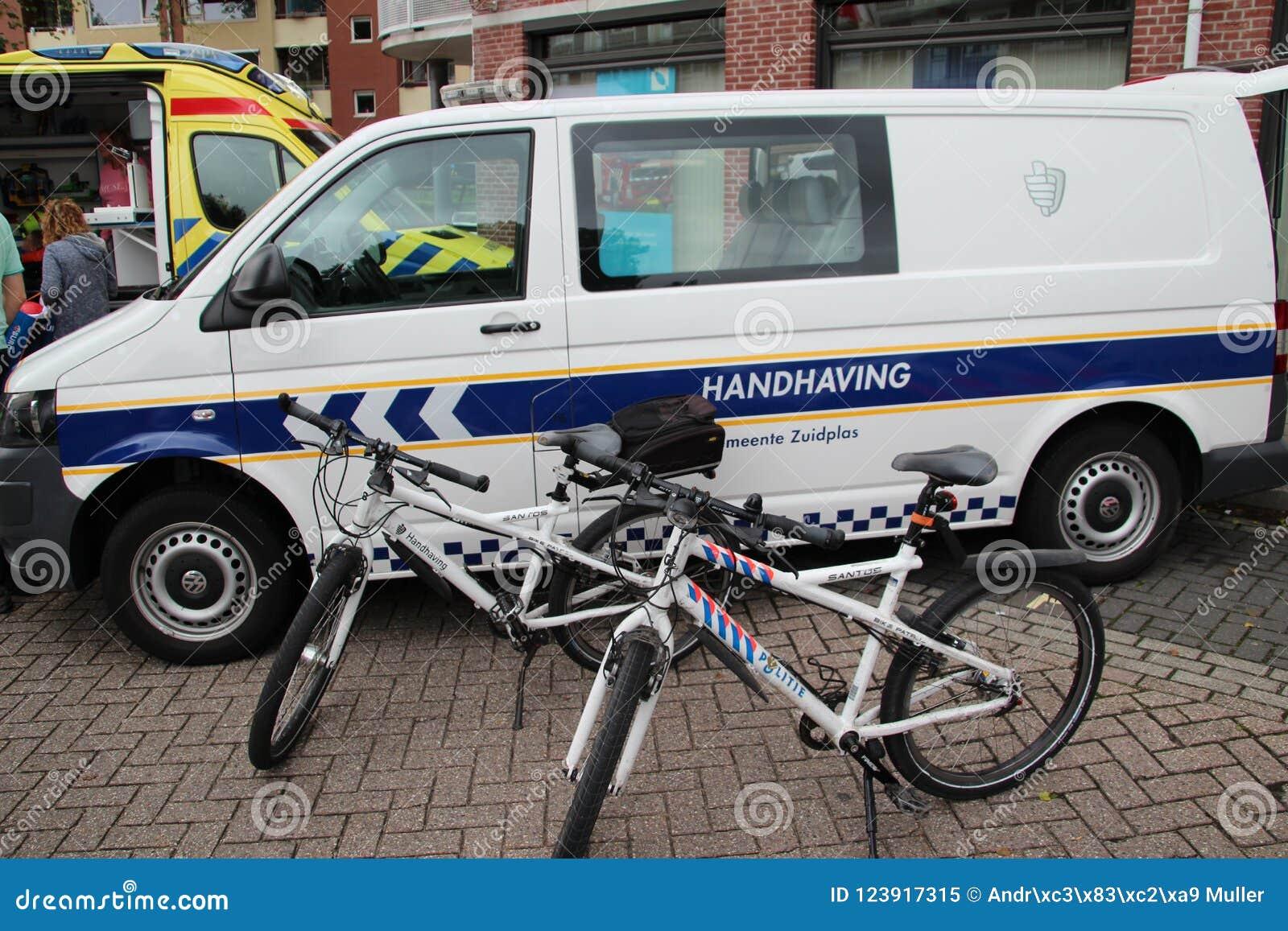 Ποδήλατα και όχημα του τοπικού enforcment δήμων Zuidplas, οι Κάτω Χώρες