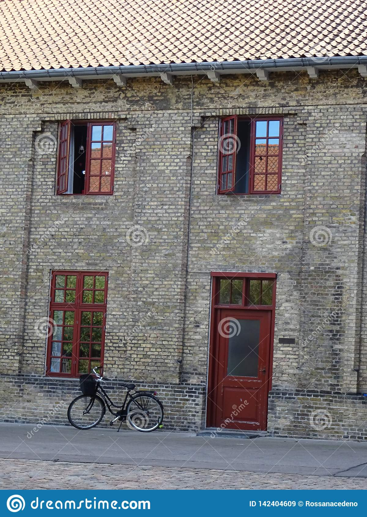 Ποδήλατο μπροστά από ένα παλαιό κτήριο στην Κοπεγχάγη, Δανία