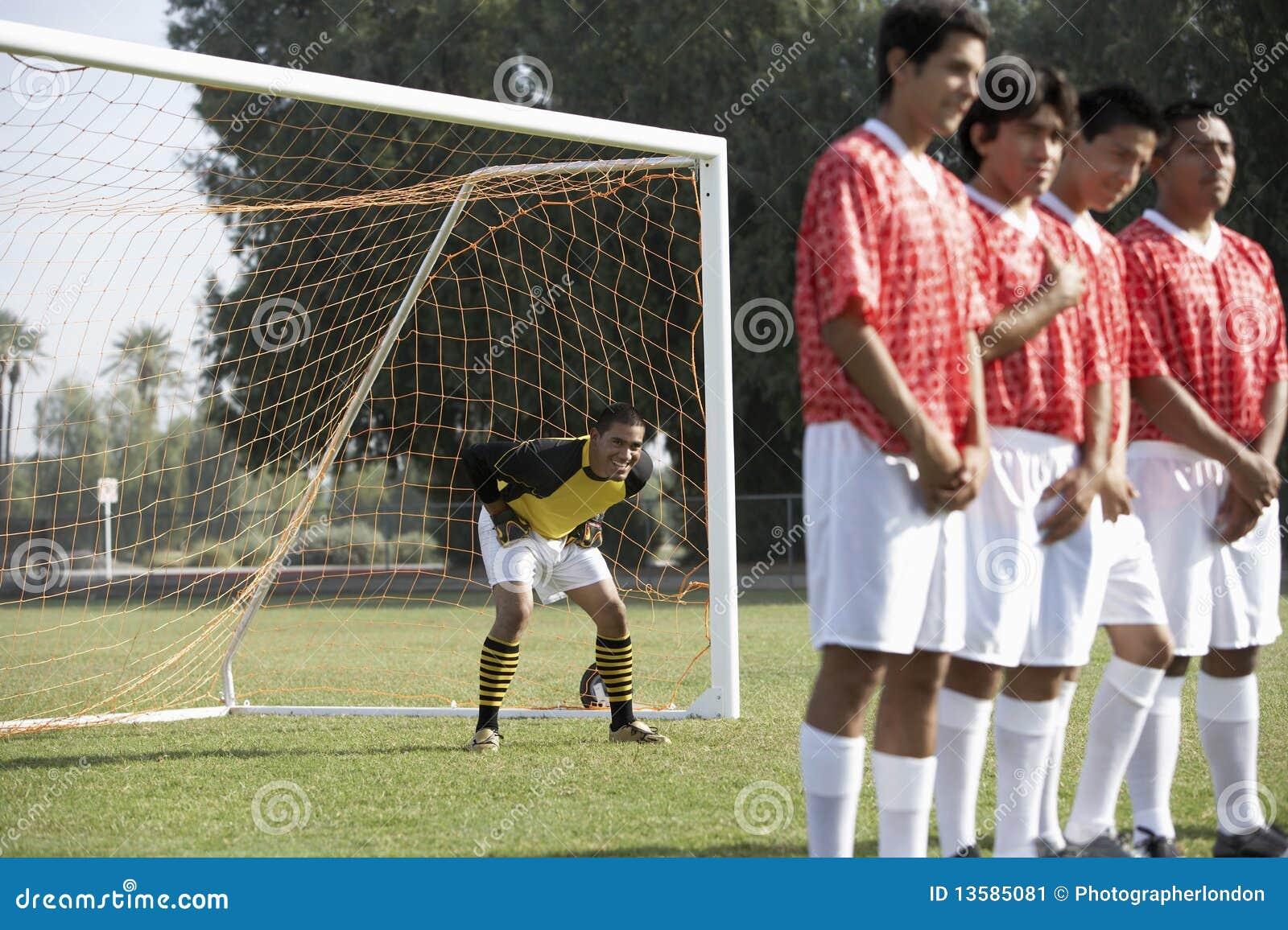 Ποδοσφαιριστές που προετοιμάζουν δωρεάν το λάκτισμα