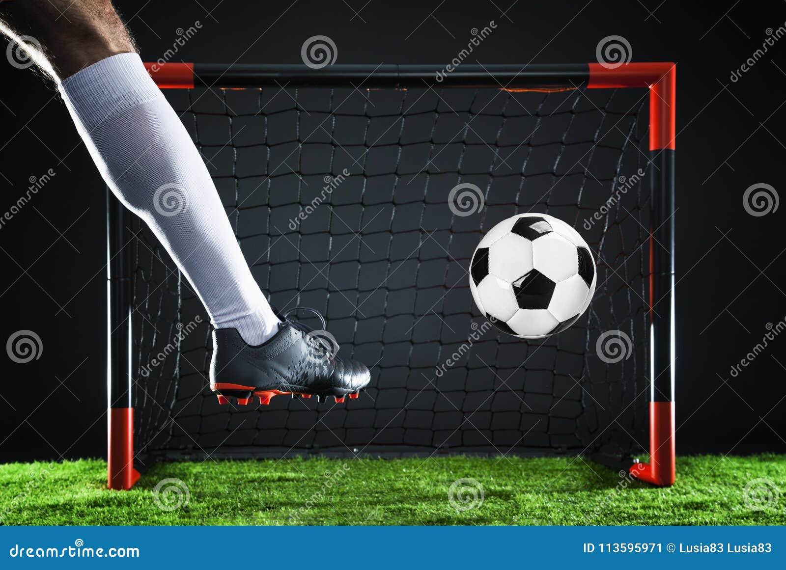 ποδόσφαιρο Έννοια πρωταθλήματος με τον ποδοσφαιριστή Πυροβολισμός απεργών στο στόχο
