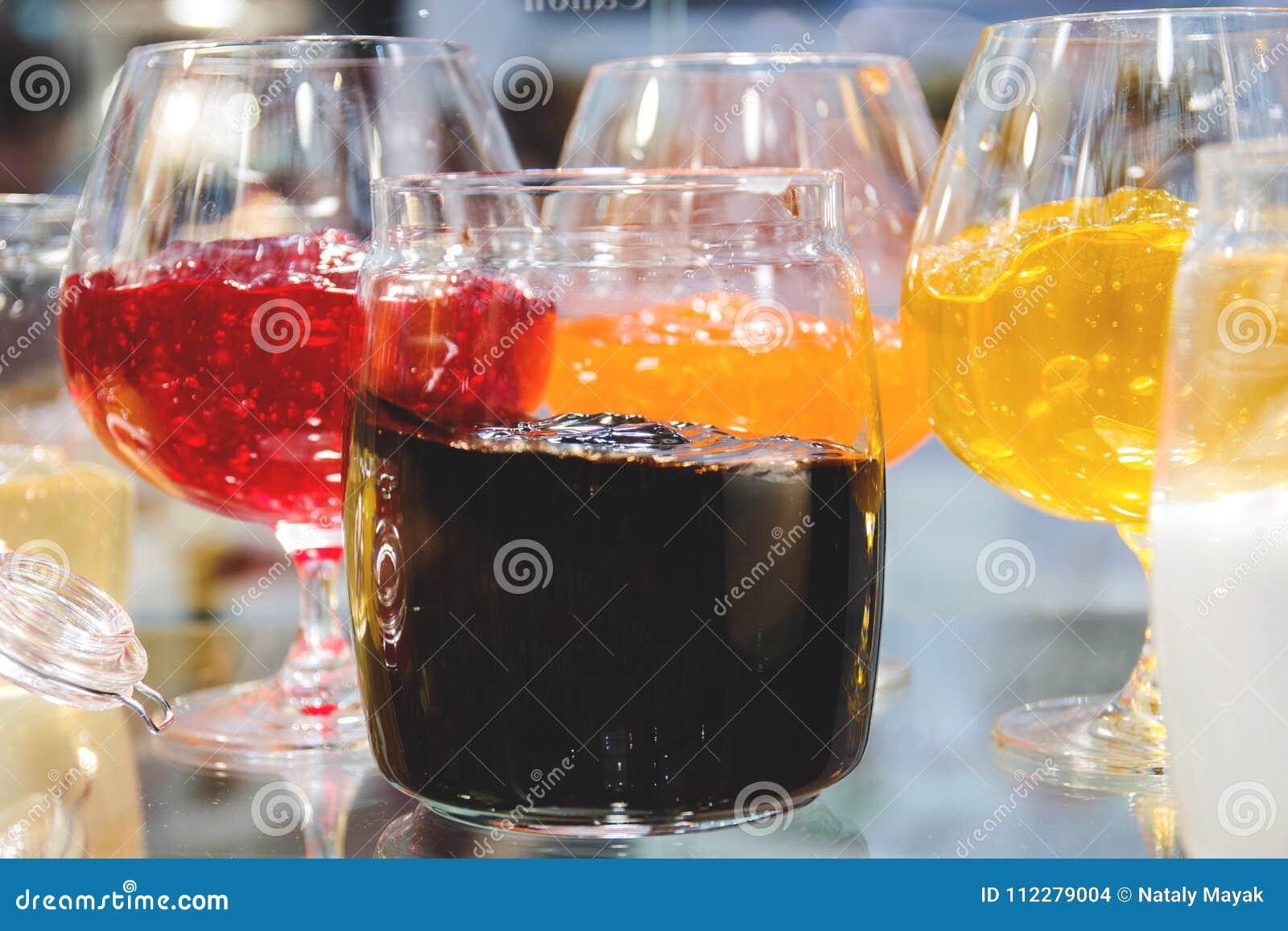 Ποικίλη μαρμελάδα στα πιάτα γυαλιού για τη δοκιμή