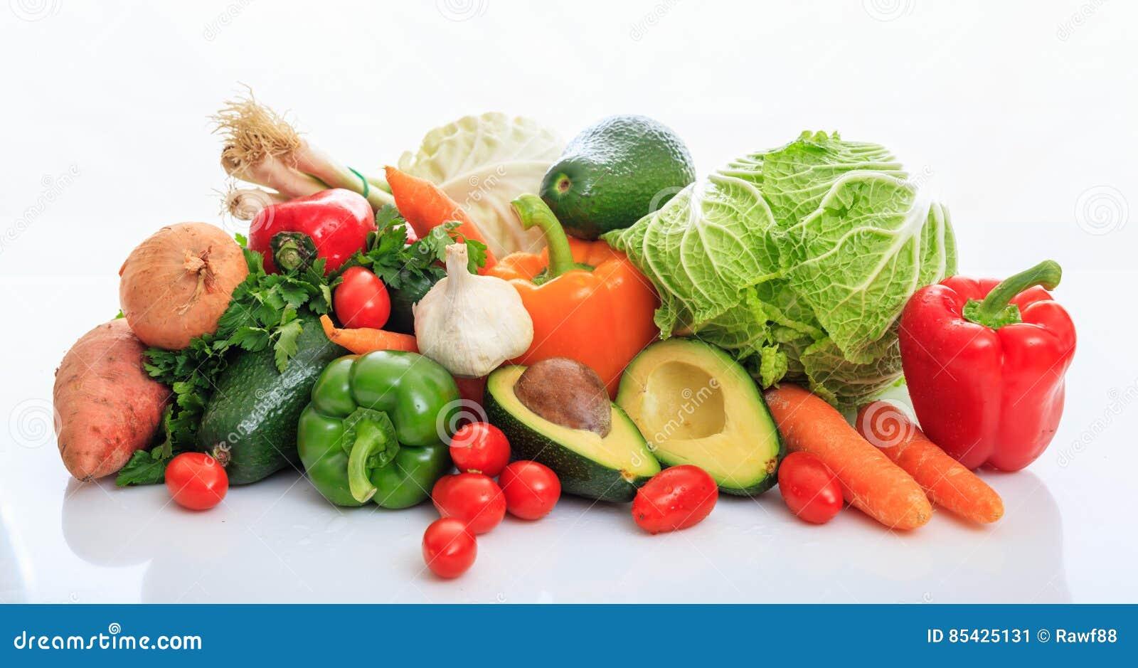 Ποικιλία των λαχανικών στο άσπρο υπόβαθρο