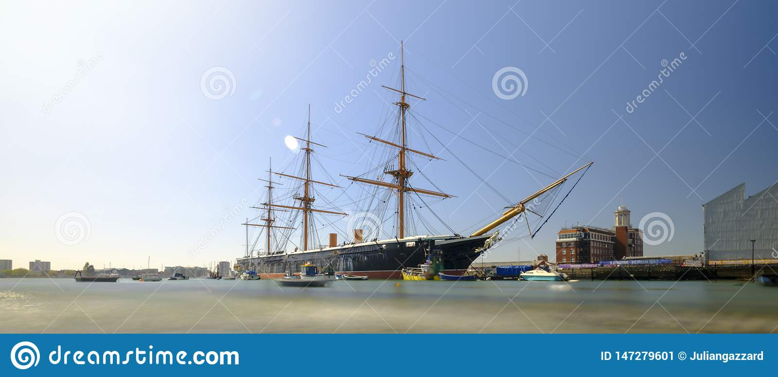 Πολεμιστής HMS (1862) - το πρώτο βρετανικό ironclad θωρηκτό που χτίζεται για το βασιλικό ναυτικό - την άνοιξη φως απογεύματος με