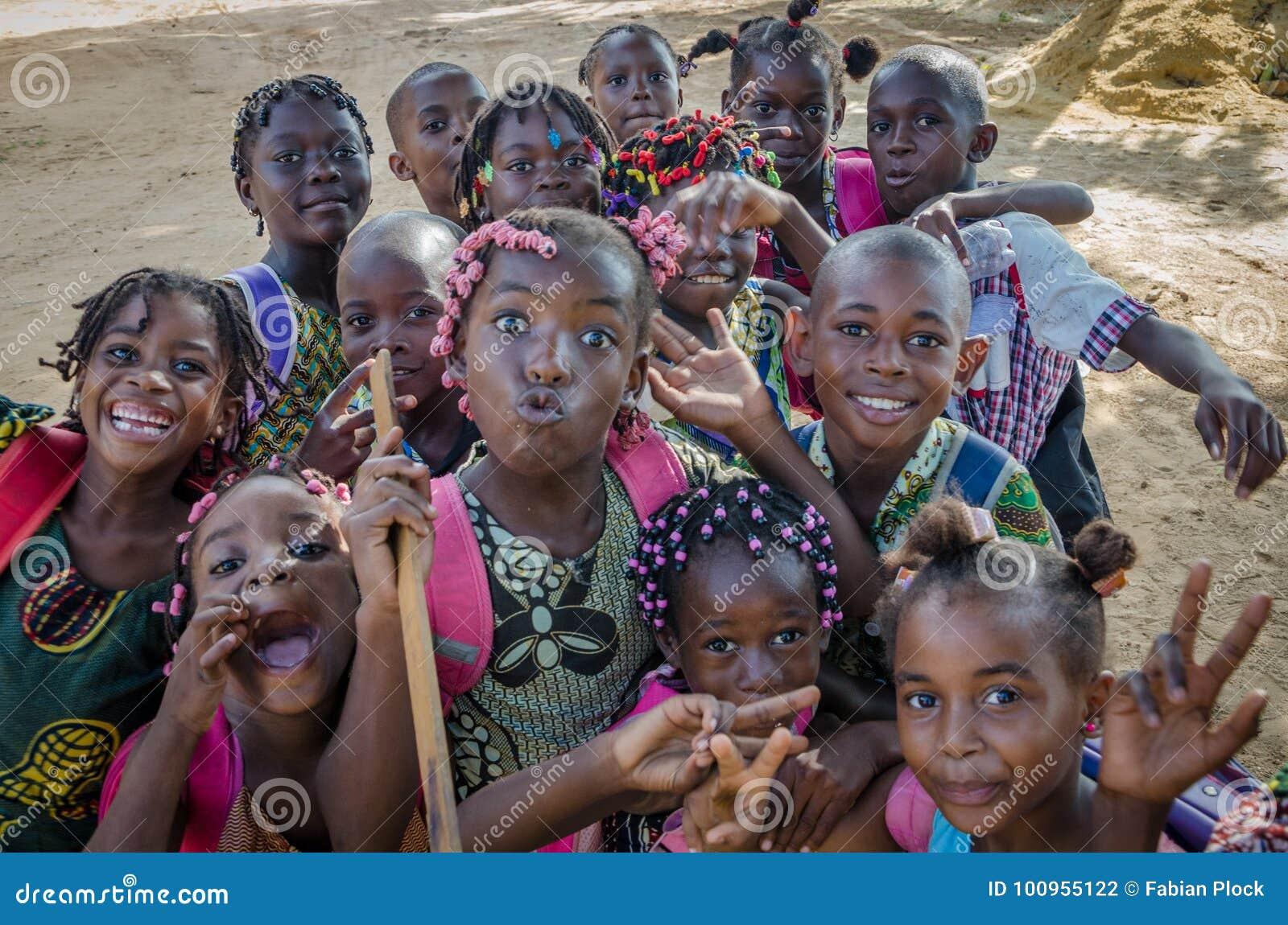 Πολλά νέα αφρικανικά παιδιά με την υπέροχα διακοσμημένη τρίχα που κάνουν τα πρόσωπα για τη κάμερα, Cabinda, Ανγκόλα, Αφρική