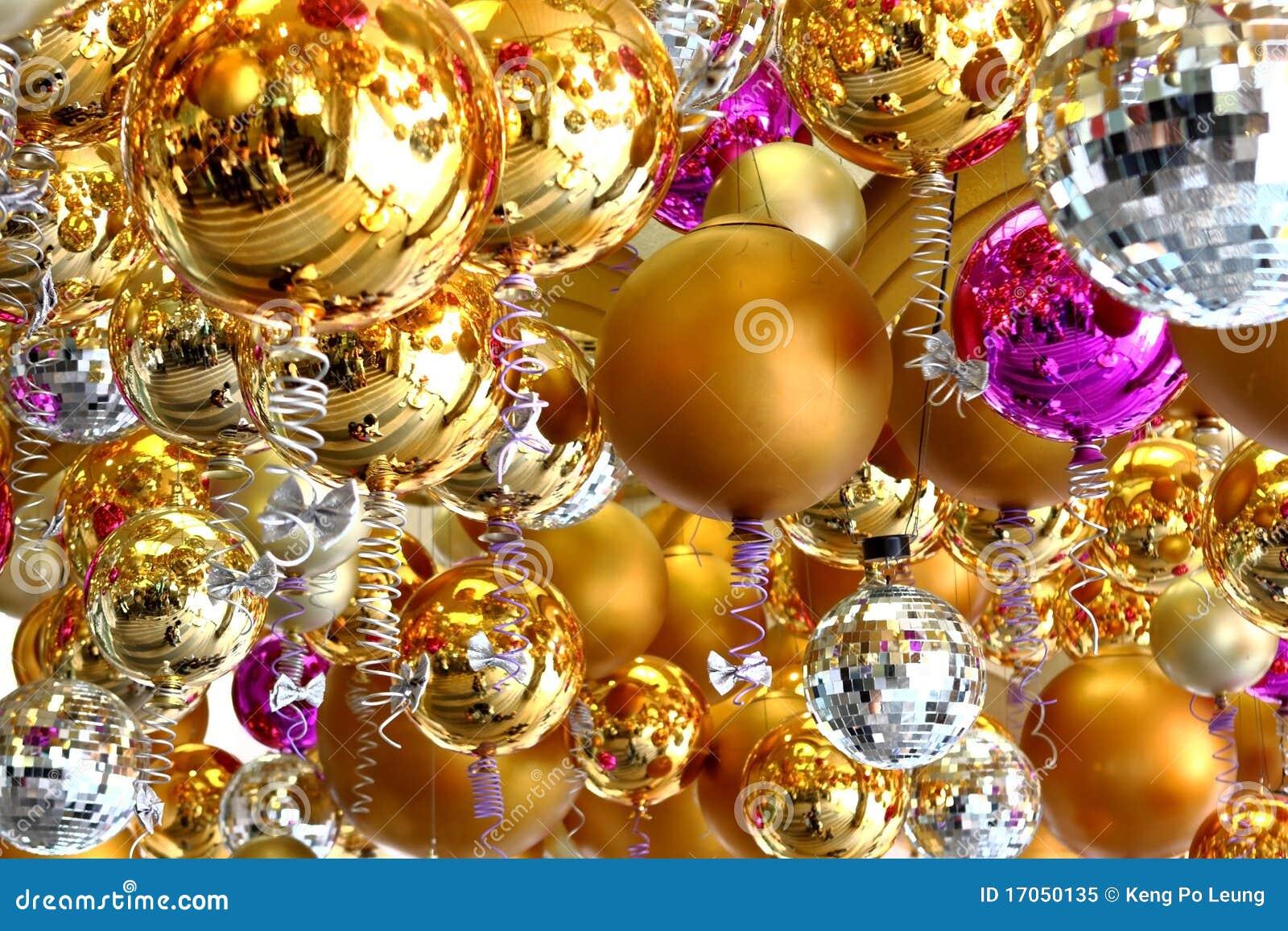 Πολλές σφαίρες Χριστουγέννων στο διαφορετικό χρώμα