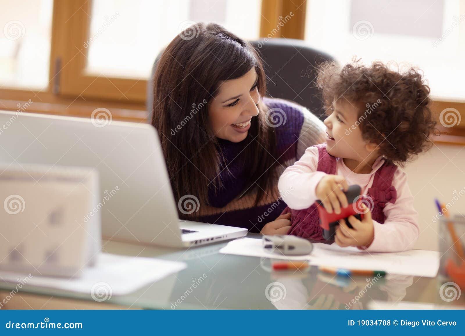 Πολλαπλών καθηκόντων μητέρα με την κόρη της