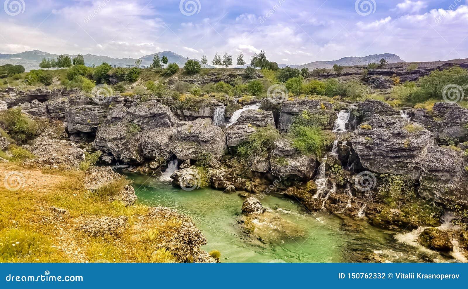 Πολλοί καταρράκτες του τυρκουάζ cijevna ποταμών στο niagara πέφτουν προορισμός στη μαγική ατμόσφαιρα