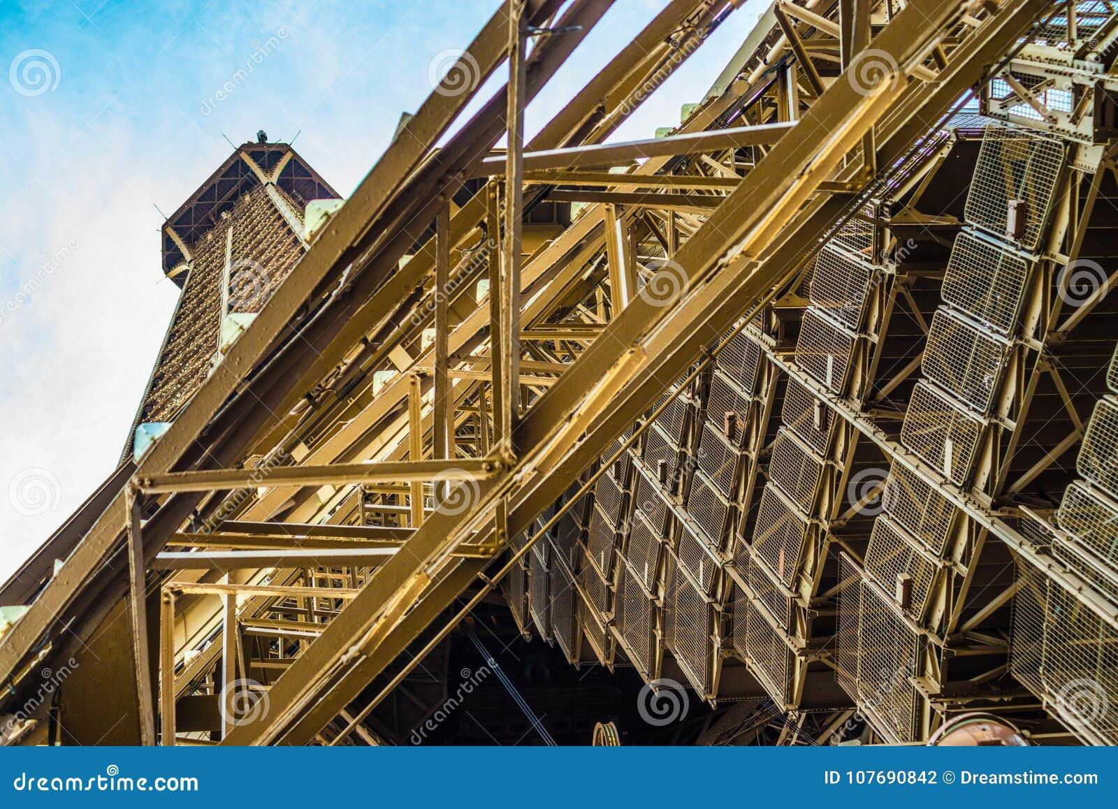 Πολυάριθμα σκαλοπάτια που φέρνουν τους φίλαθλους τουρίστες πάνω-κάτω τον πύργο του Άιφελ στο Παρίσι