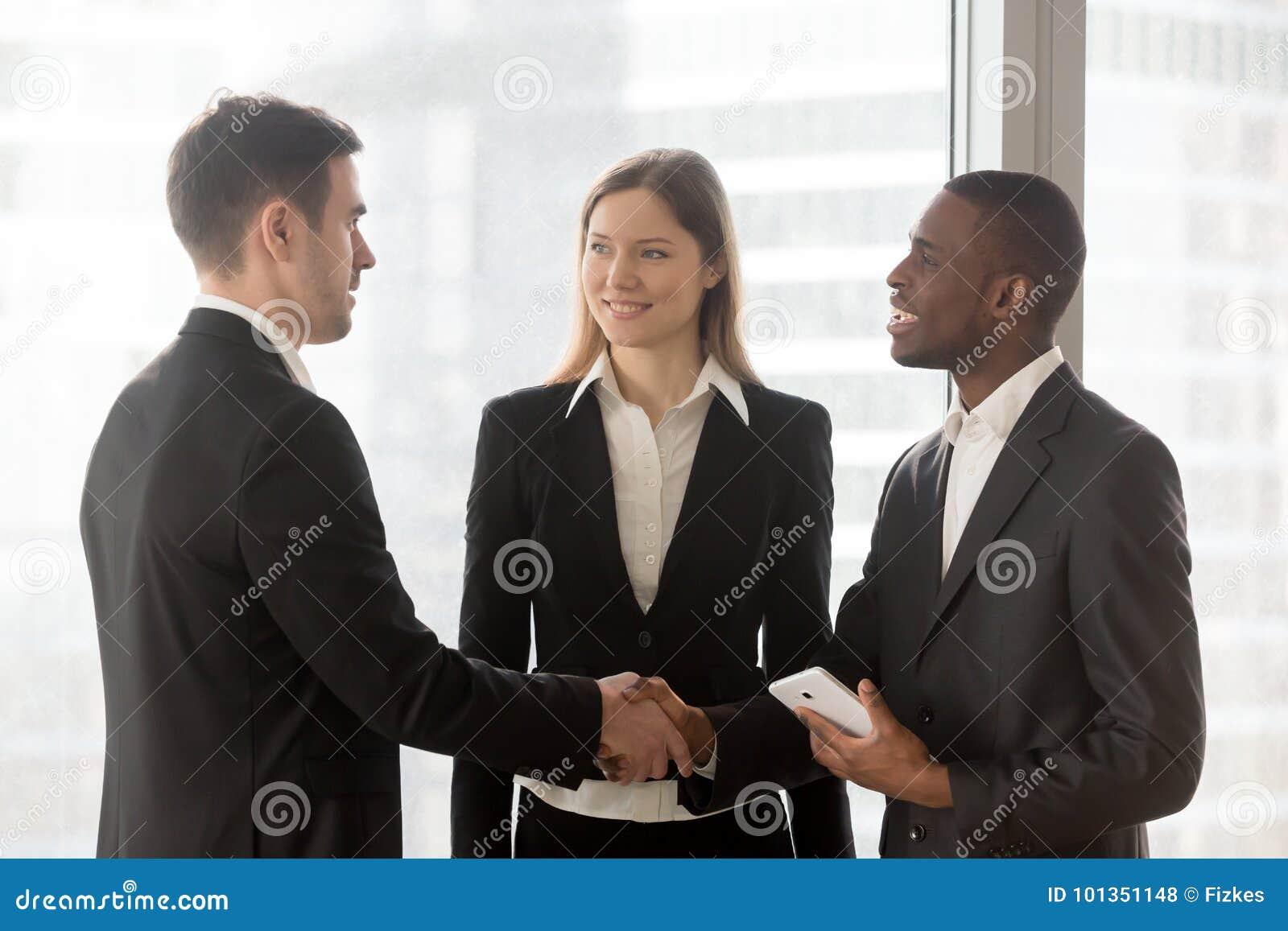 Πολυεθνική χειραψία επιχειρηματιών στην αρχή
