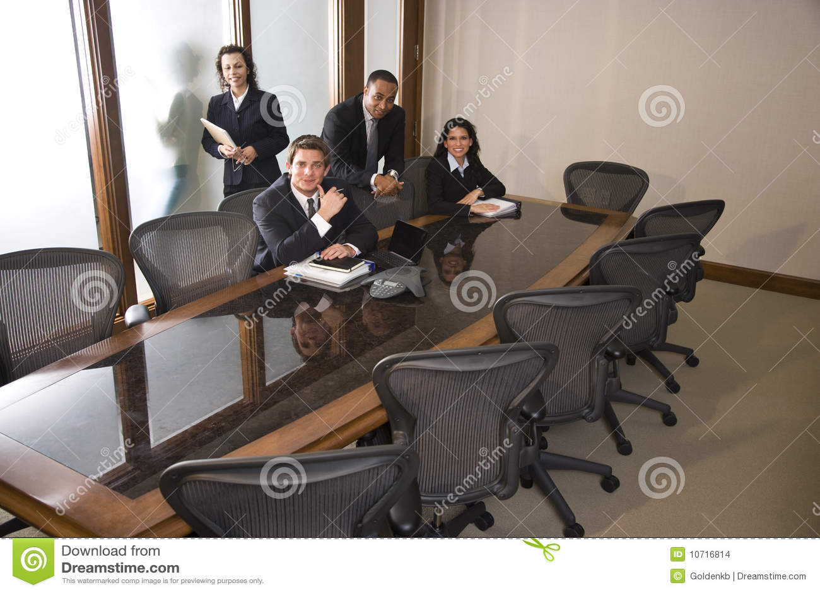 Πολυ-εθνικός businesspeople στην αίθουσα συνεδριάσεων