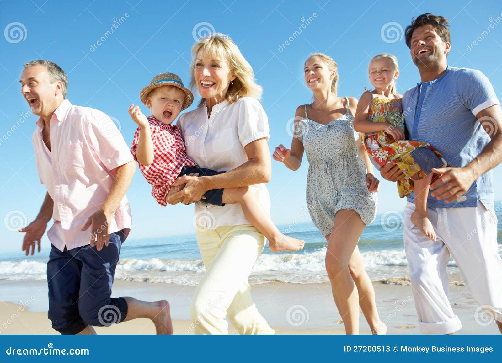 Πολυ οικογένεια παραγωγής που απολαμβάνει τις παραθαλάσσιες διακοπές