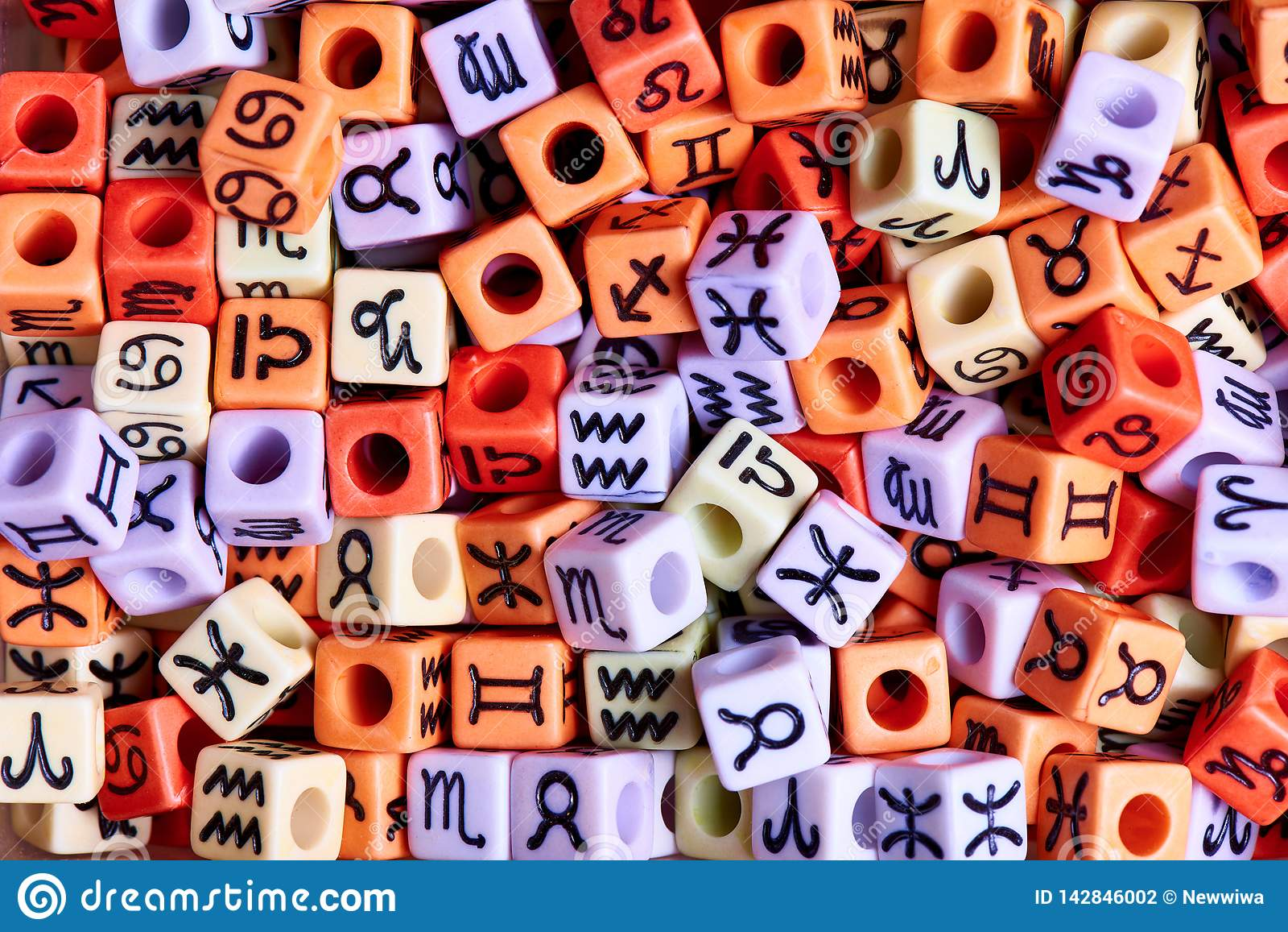Πολύχρωμοι κύβοι με zodiac την κινηματογράφηση σε πρώτο πλάνο σημαδιών