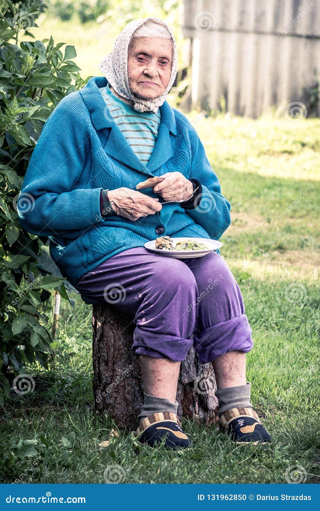 Πολύ παλαιά ανώτερη συνεδρίαση γυναικών υπαίθρια, κατανάλωση