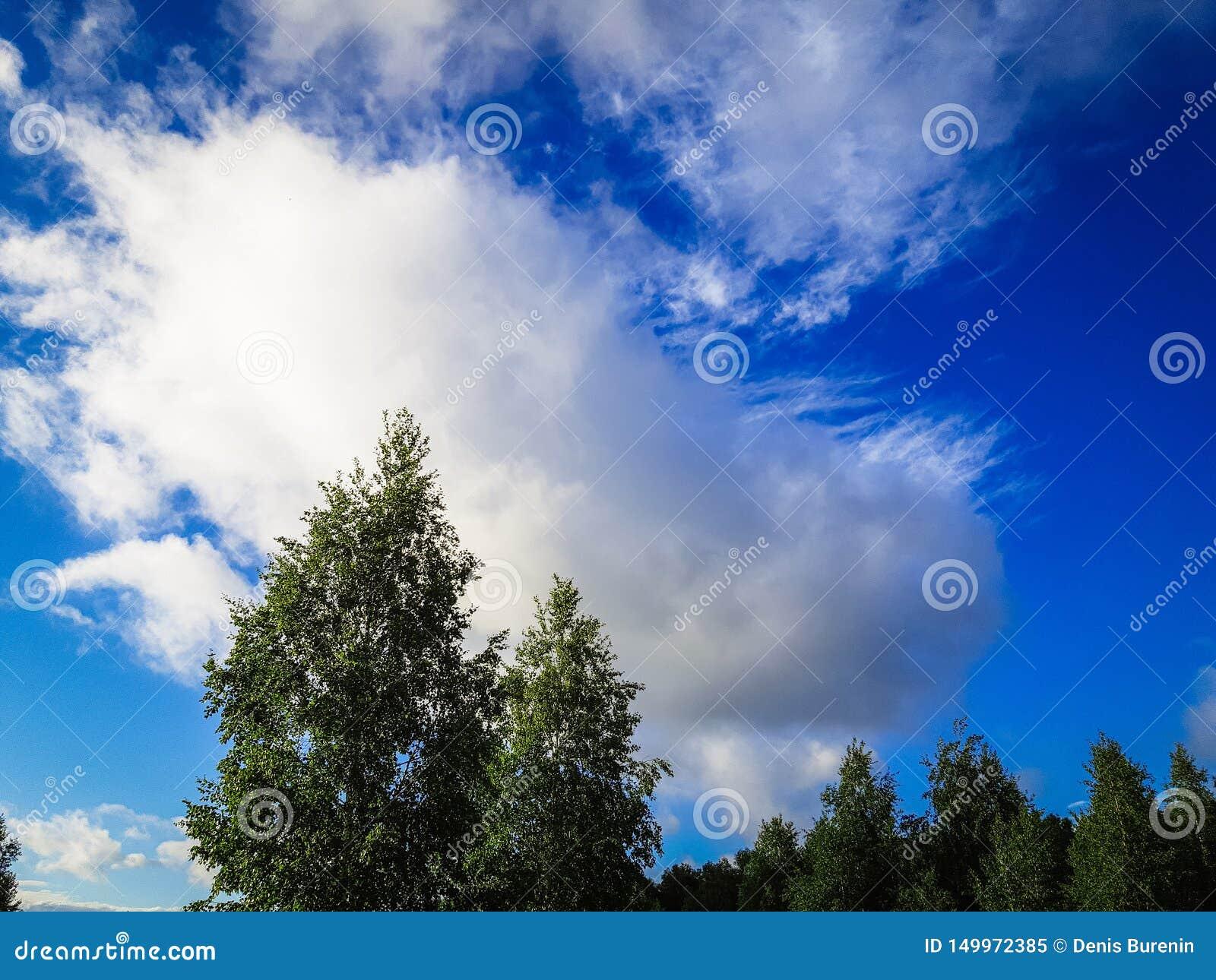 Πολύ όμορφος μπλε ουρανός με τα σύννεφα