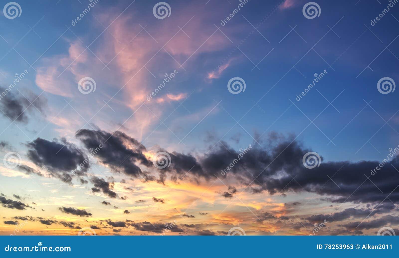 Πορτοκάλι και μπλε ουρανός στο σούρουπο