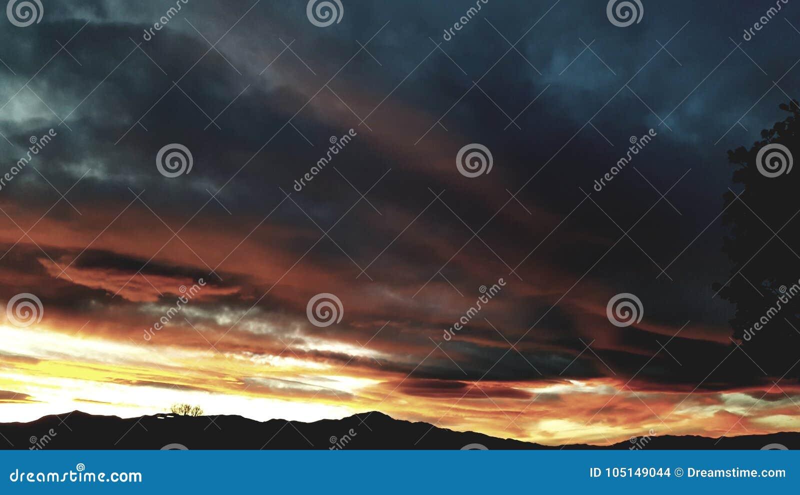 Πορτοκαλιά βουνά ηλιοβασιλέματος