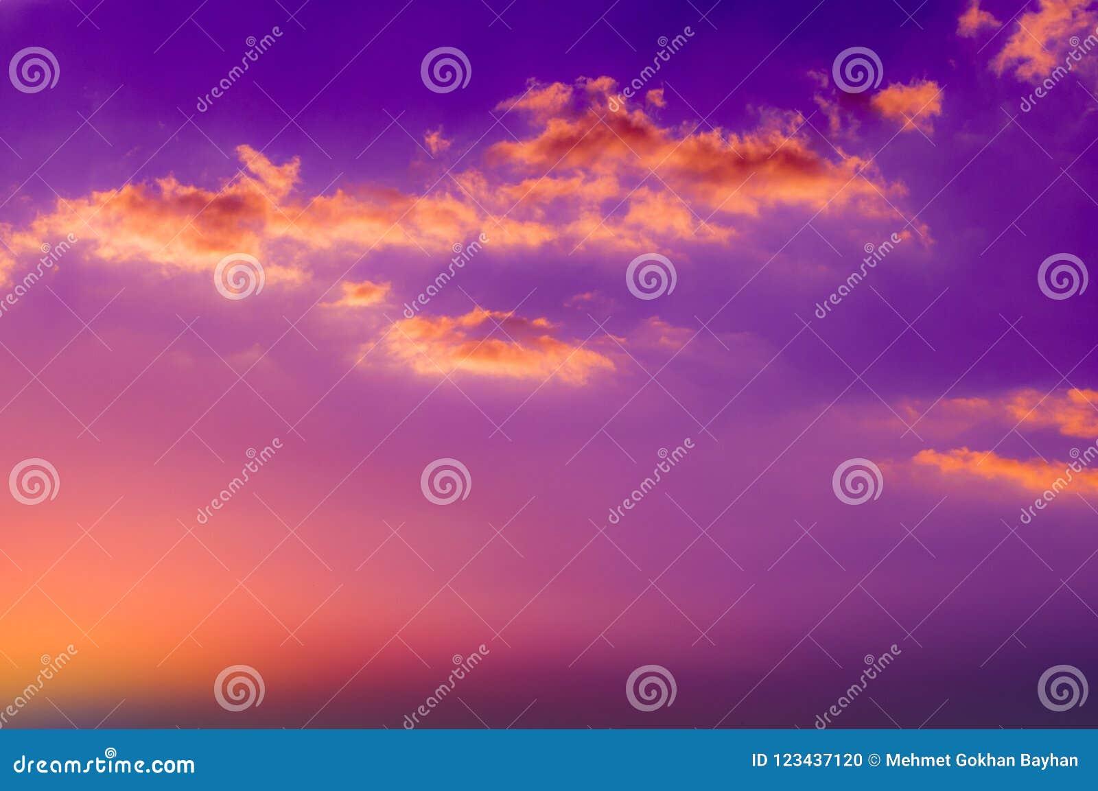 Πορτοκαλιά σύννεφα χρώματος στο ζωηρόχρωμο ουρανό ηλιοβασιλέματος