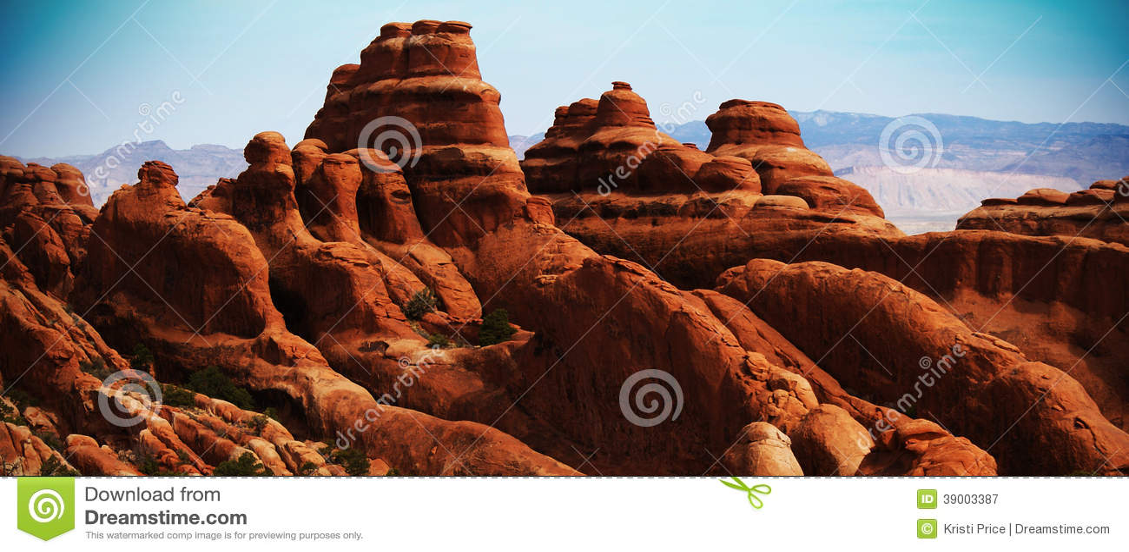 Πορτοκαλής βράχος, μπλε ουρανός