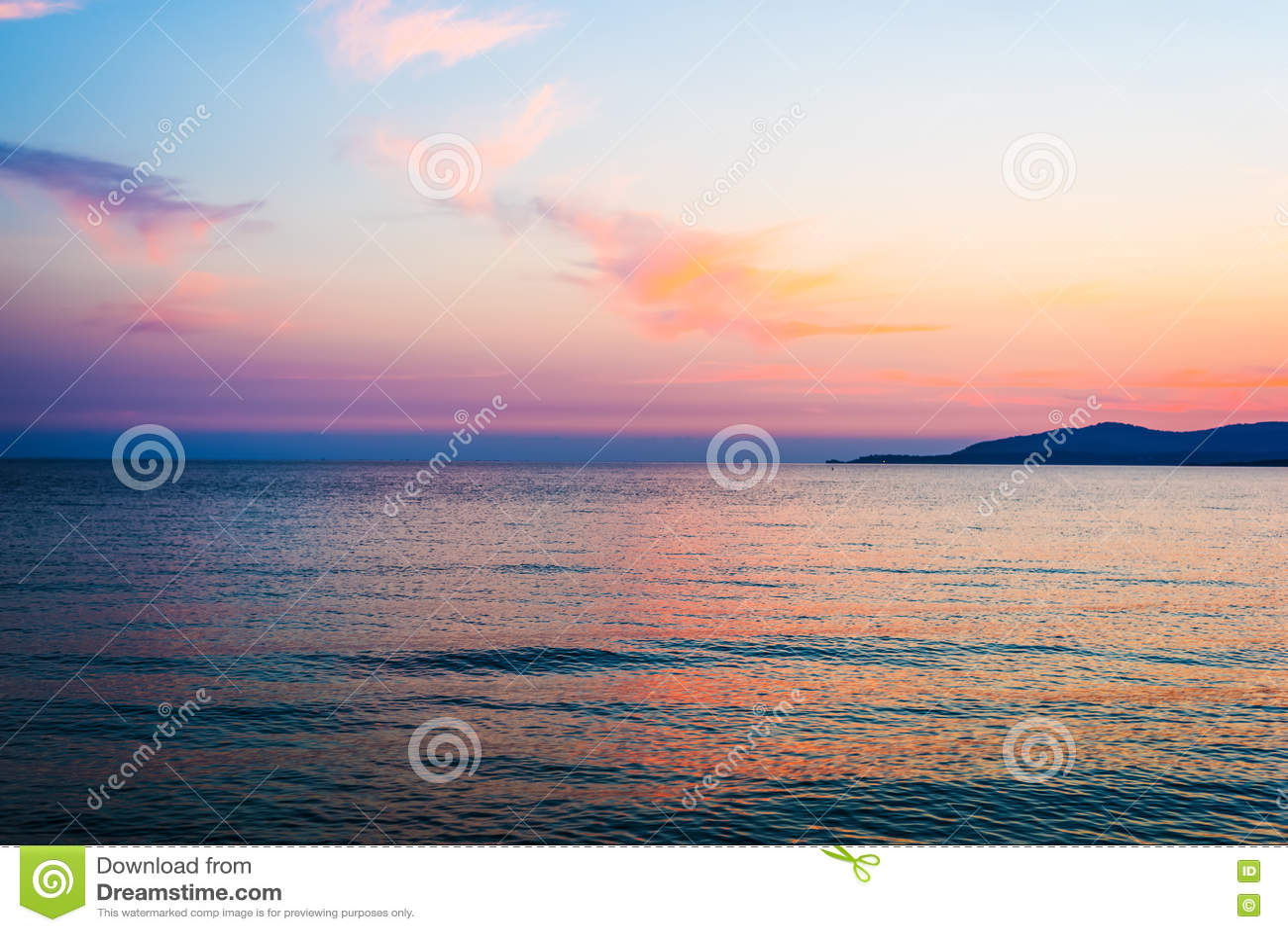 Πορτοκαλής και ρόδινος ουρανός πέρα από Capo Caccia