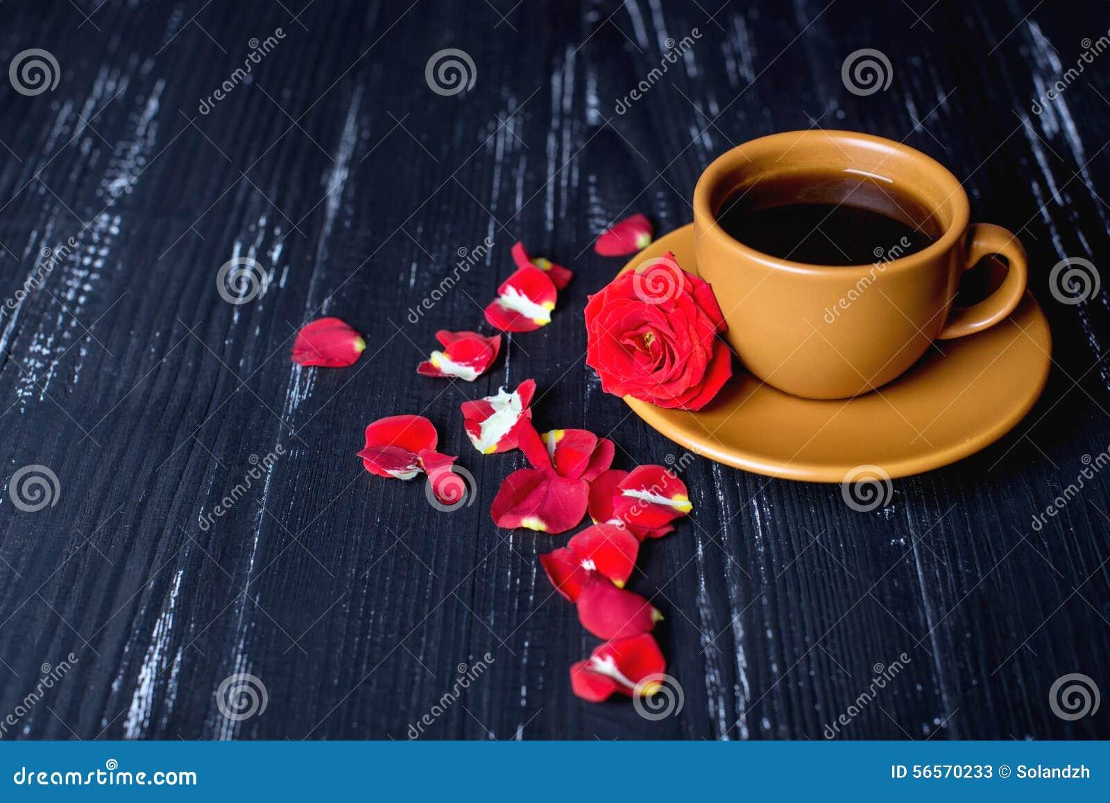 Download Πορτοκαλί φλυτζάνι καφέ με τα ροδαλά πέταλα στο μαύρο υπόβαθρο Στοκ Εικόνα - εικόνα από διακοπές, έννοια: 56570233