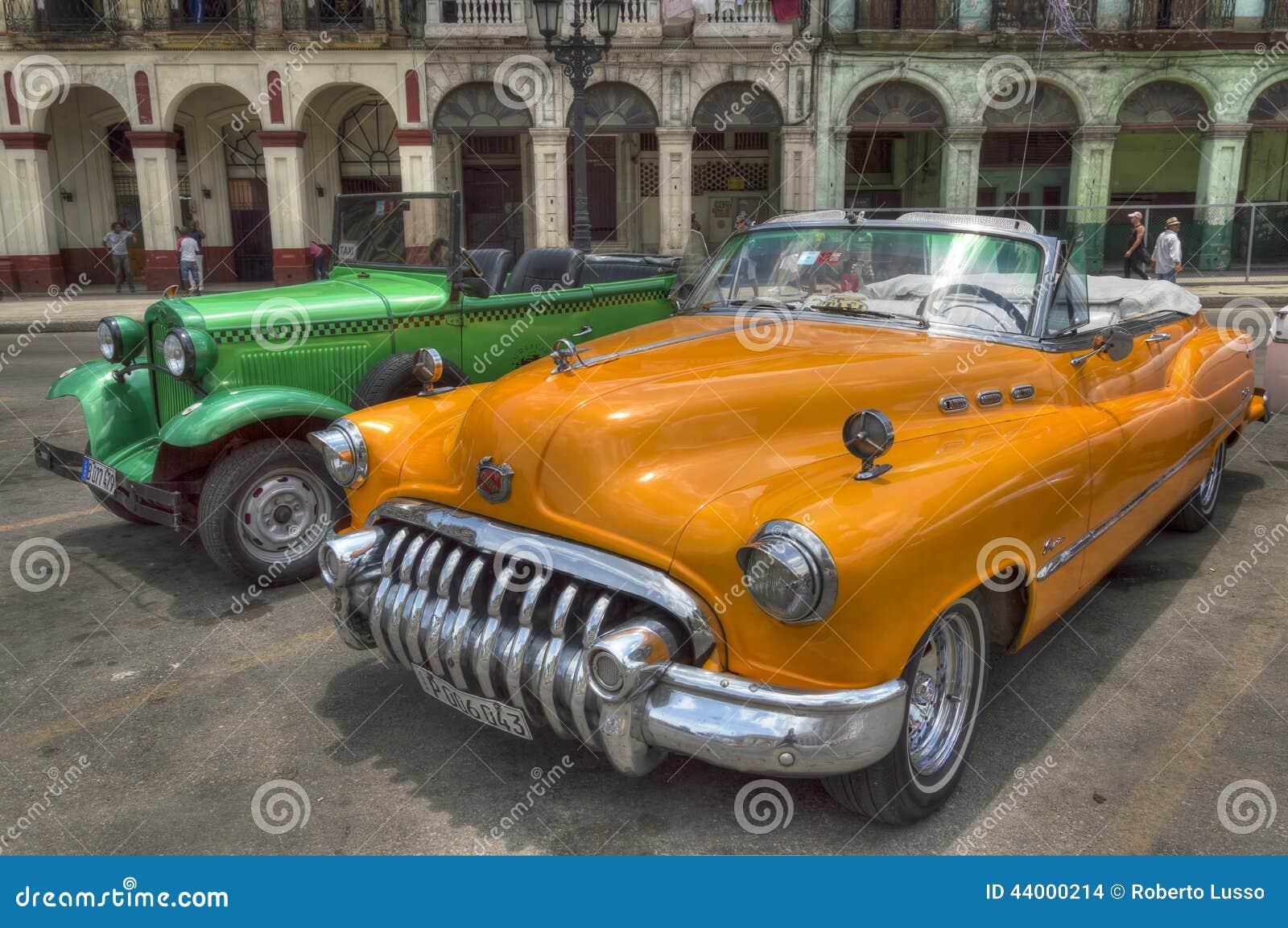 Πορτοκαλιά και πράσινα αυτοκίνητα μπροστά από Capitolio, Αβάνα, Κούβα
