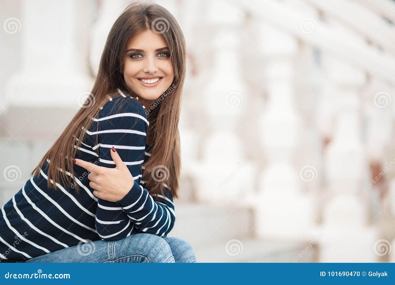 Πορτρέτο άνοιξη μιας όμορφης γυναίκας στην πόλη υπαίθρια